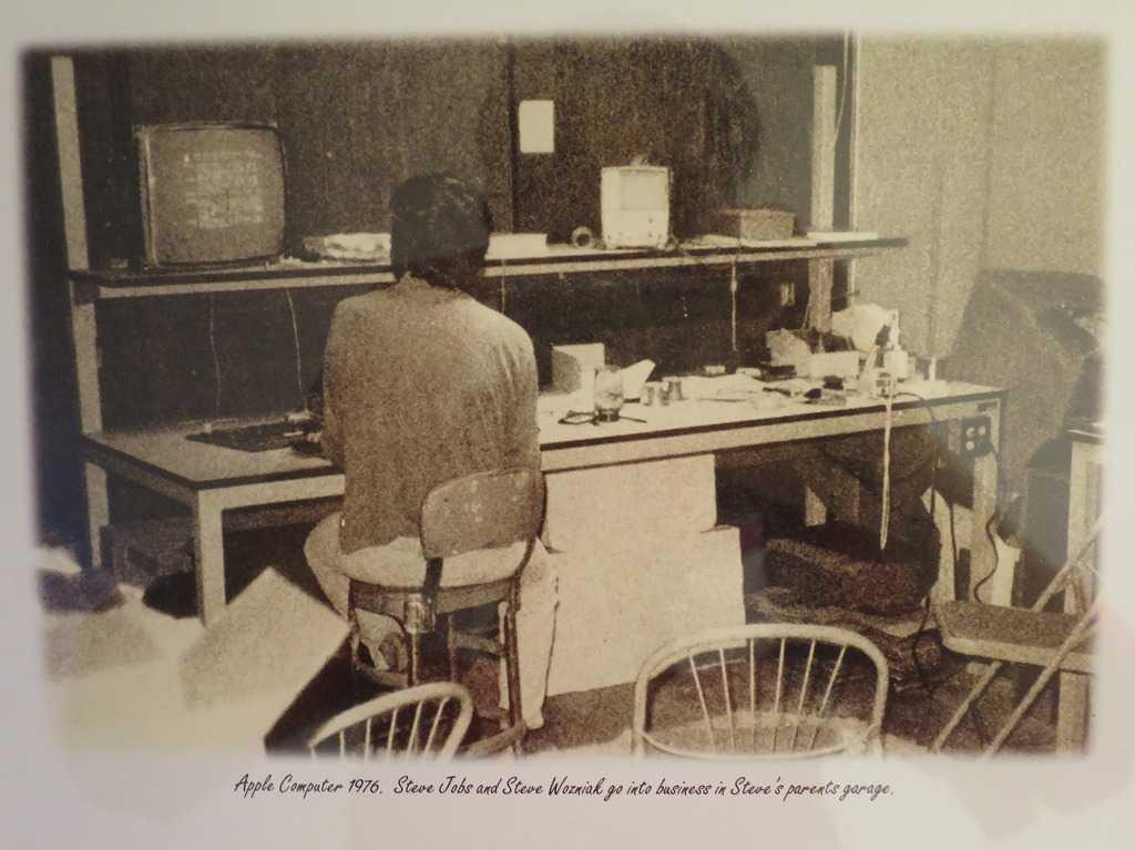 Apple Computer 1976. Steve Jobs and Steve Wozniak go into business in Steve's parents garage. アップルコンピュータ(1976年) スティーブ・ジョブズとスティーブ・ウォズニアックはスティーブの親のガレージでビジネスを始めた。