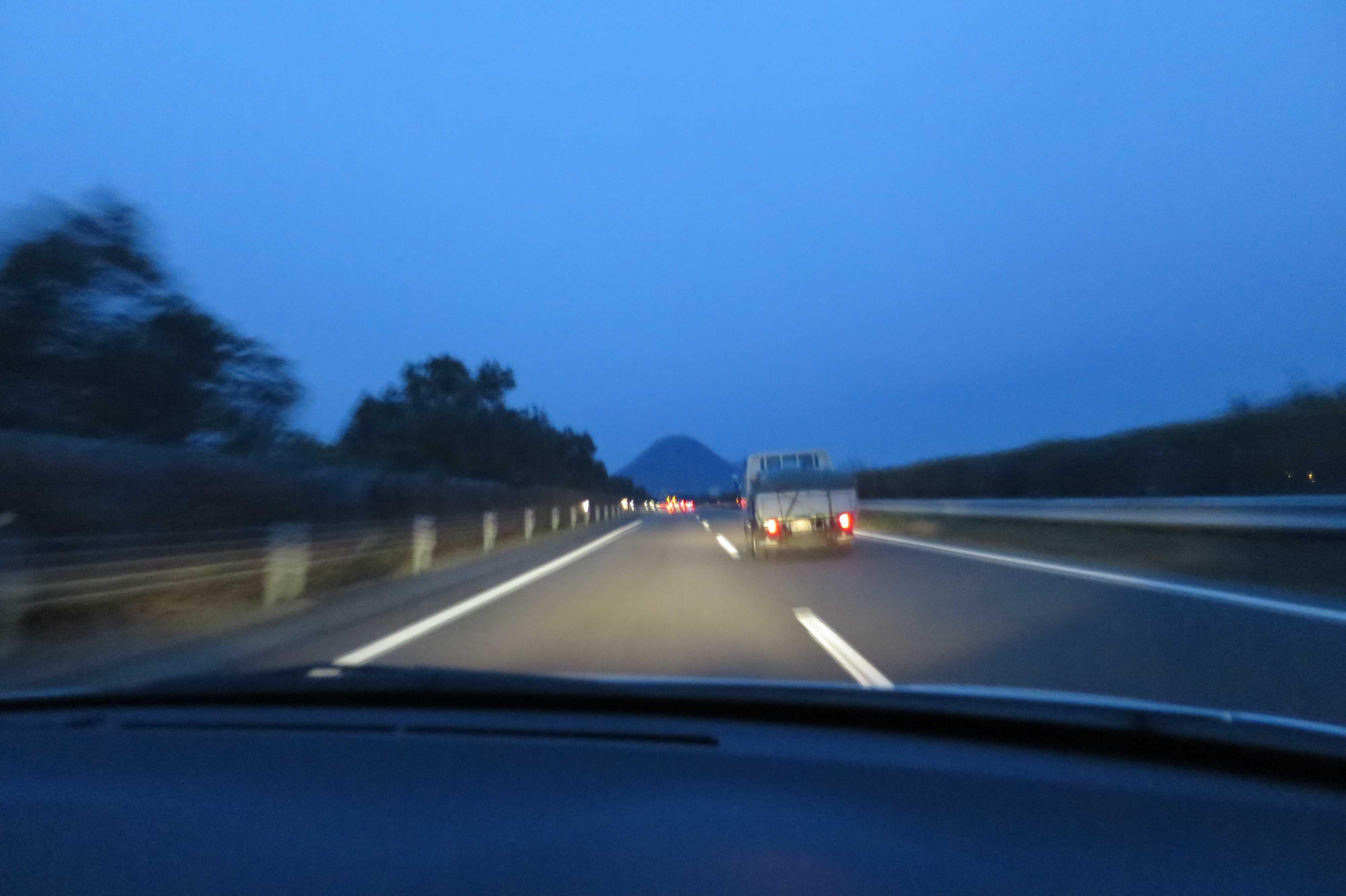 高松自動車道から見えた讃岐富士(飯野山)