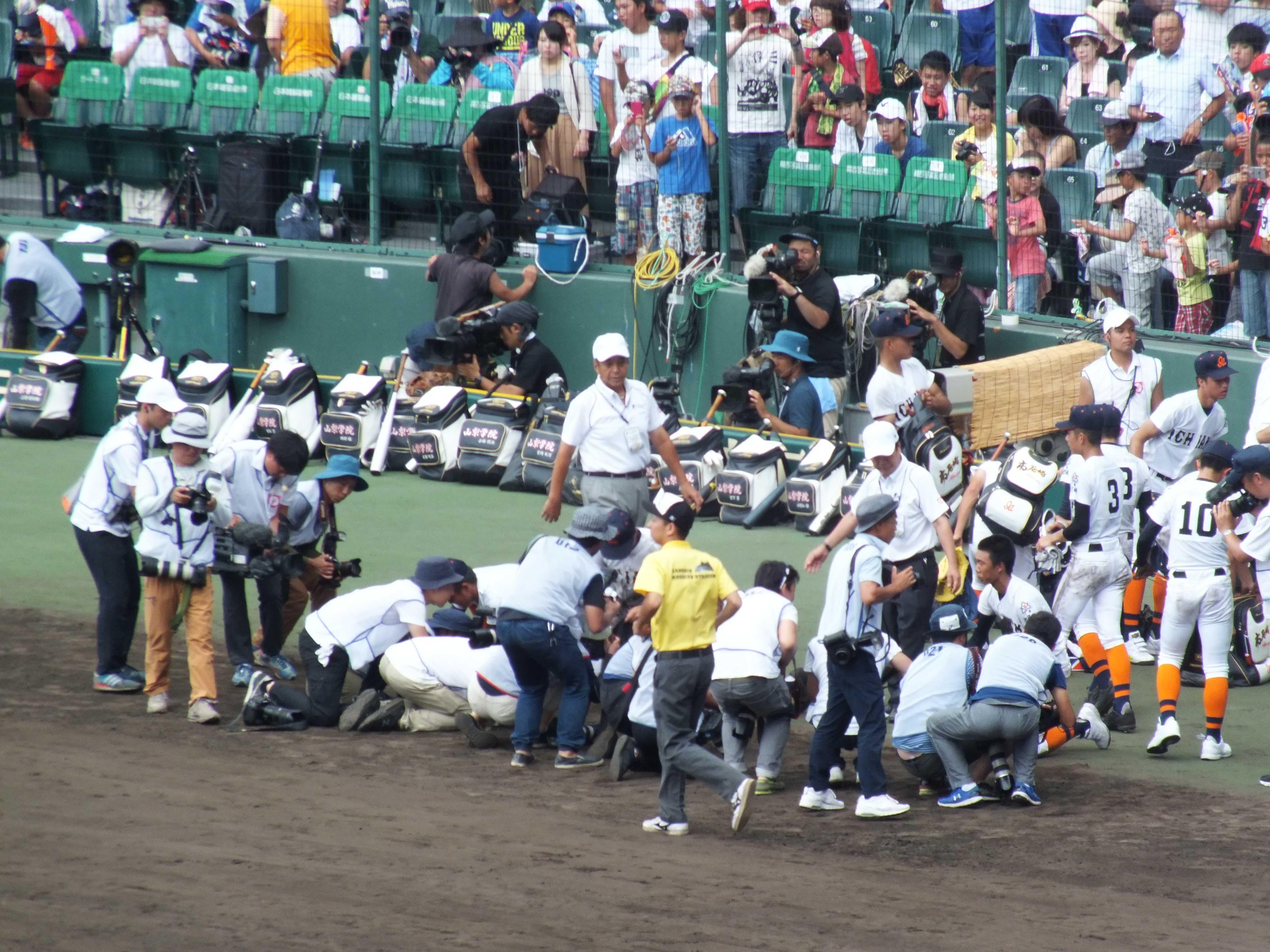 甲子園の土を拾う市立尼崎のナイン達