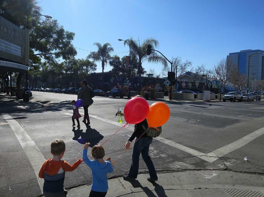 サンノゼ - 風船を持ったアメリカ人の子ども(兄弟)