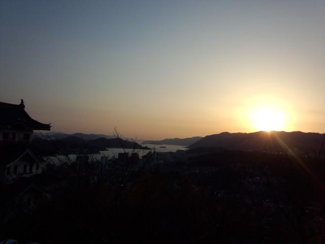 尾道水道をオレンジ色に染める夕陽(夕日)