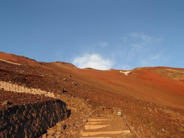 赤茶けた富士山の山肌