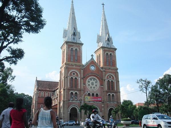 ベトナム・ホーチミン - 赤いレンガが印象的な聖マリア教会(サイゴン大教会)