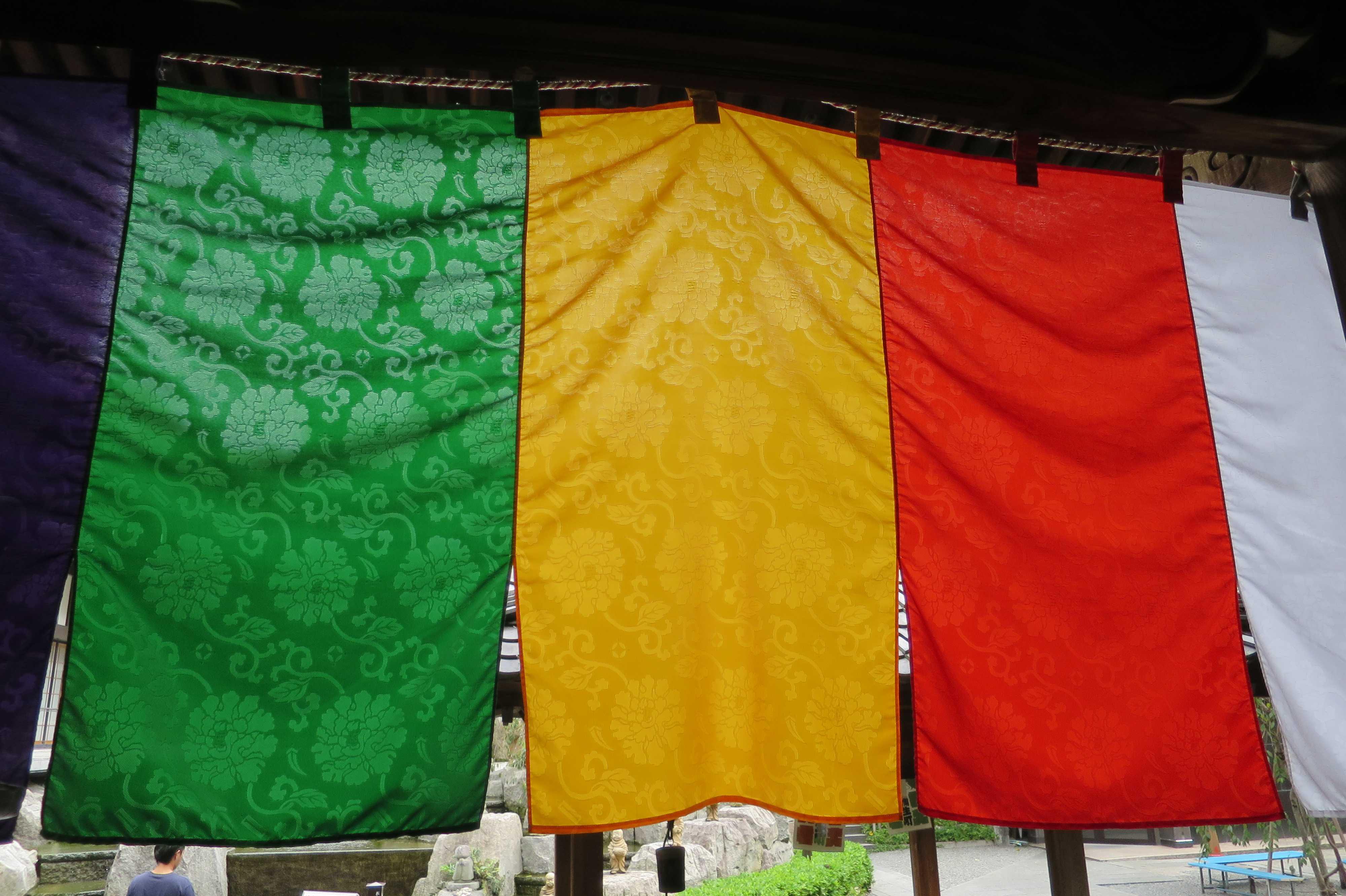 京都・六角堂本堂内から見た五色幕