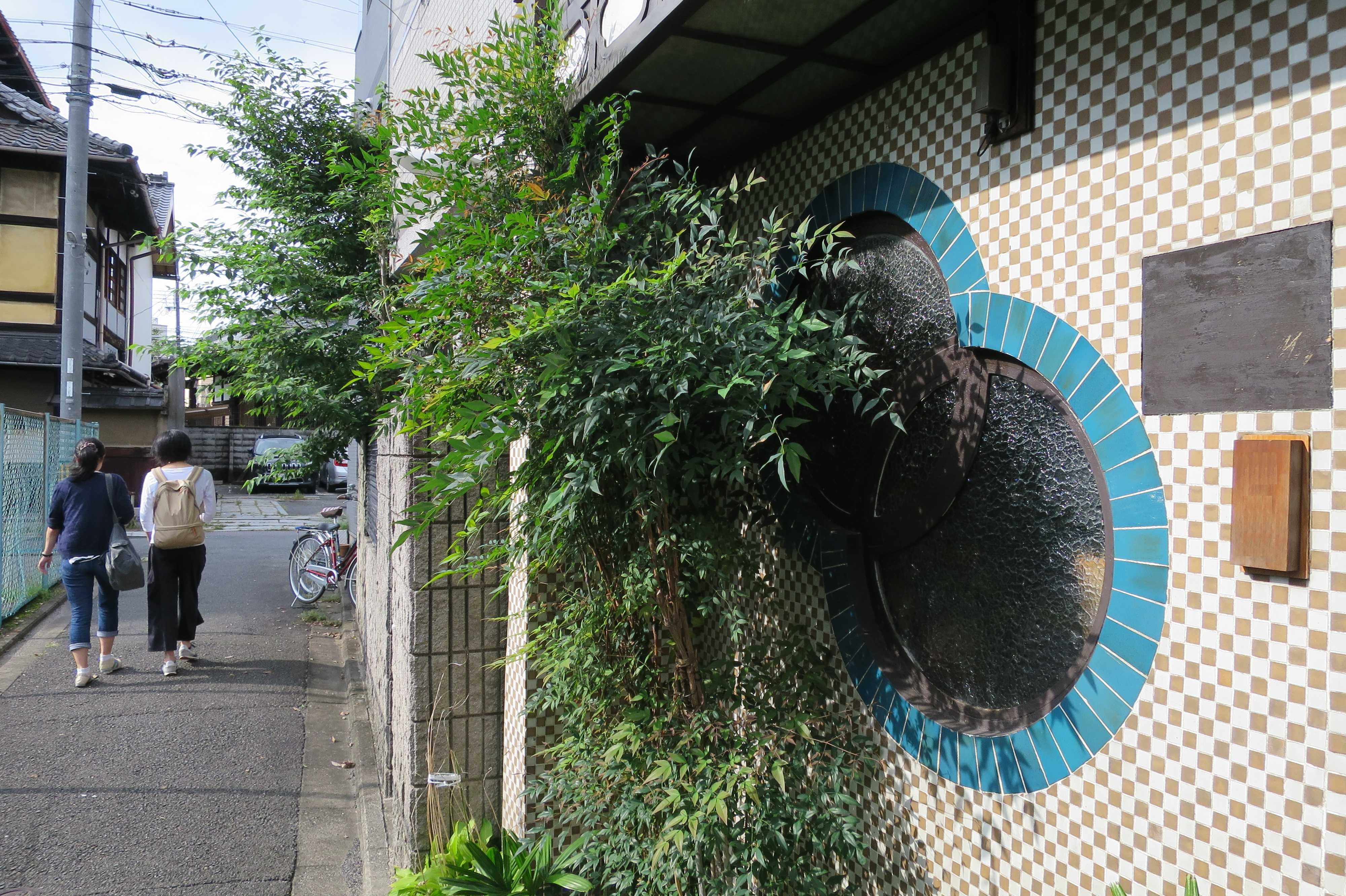 京都・五条楽園 - タイル張りの壁とひょうたん型のくもりガラス(型板ガラス)