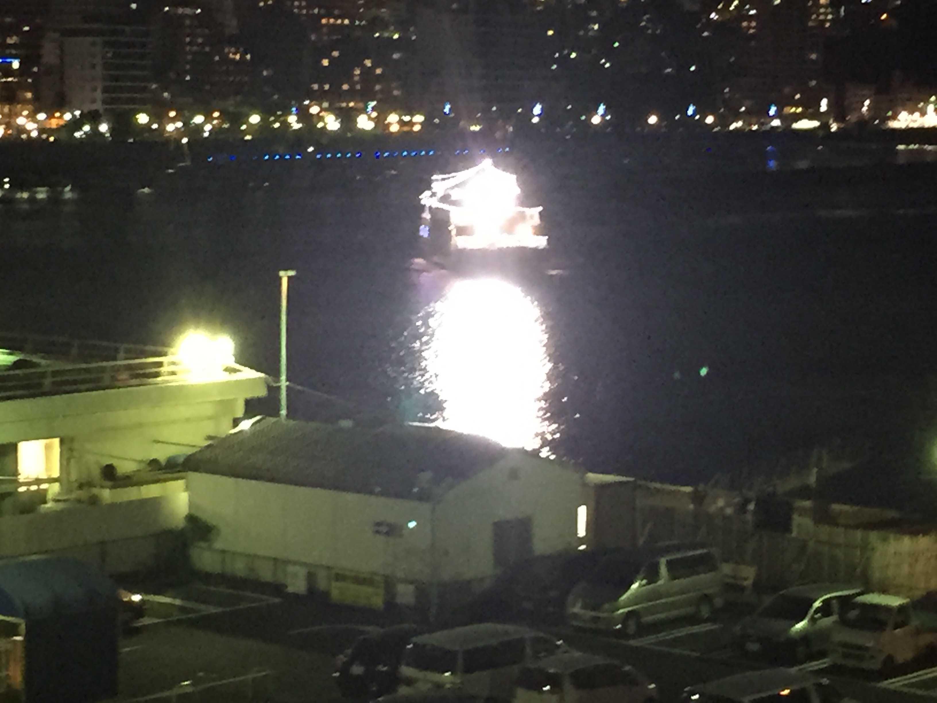 夜、フェリーが入港する熱海港