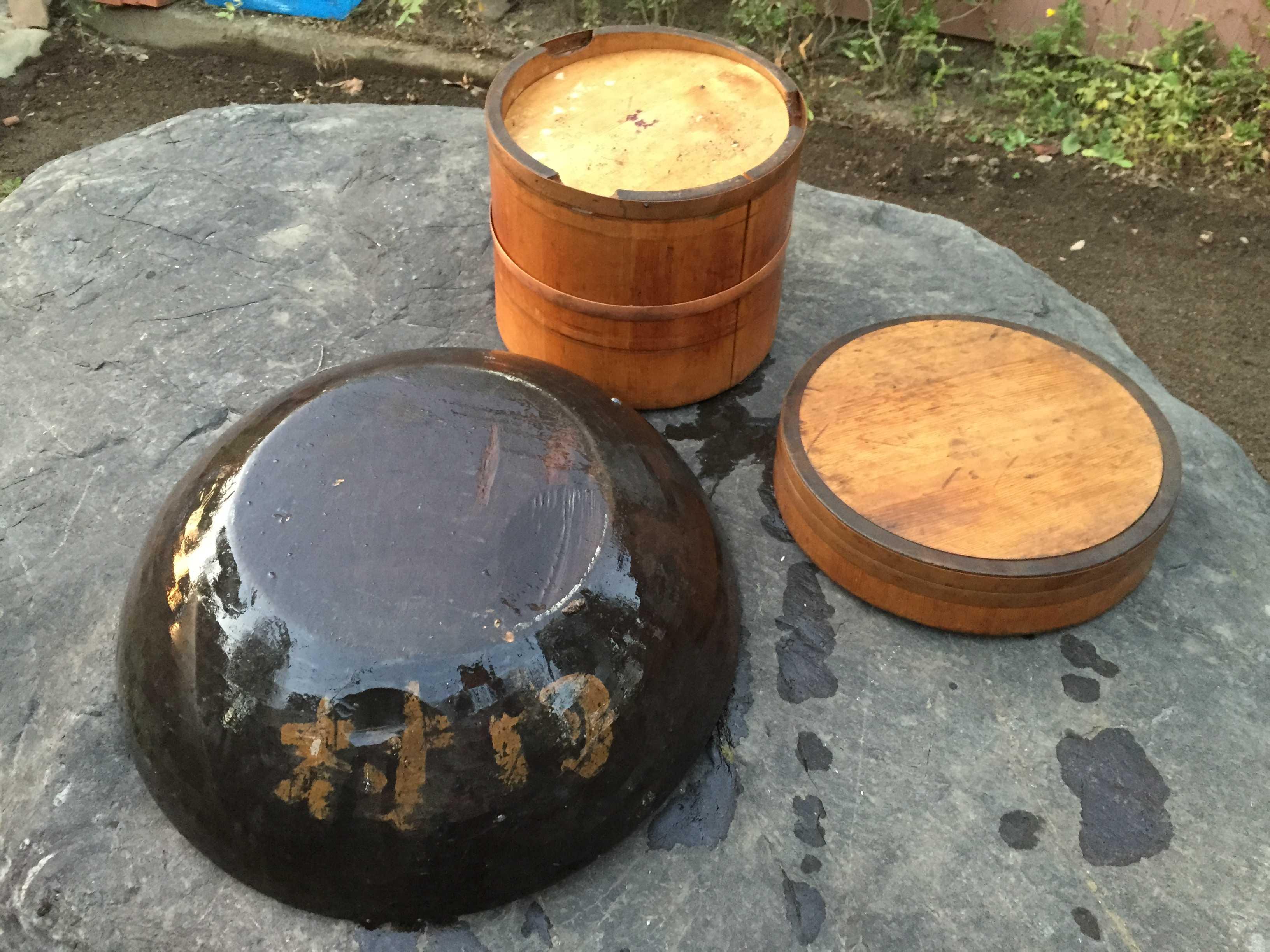 木製の大きな器とお櫃(ひつ)