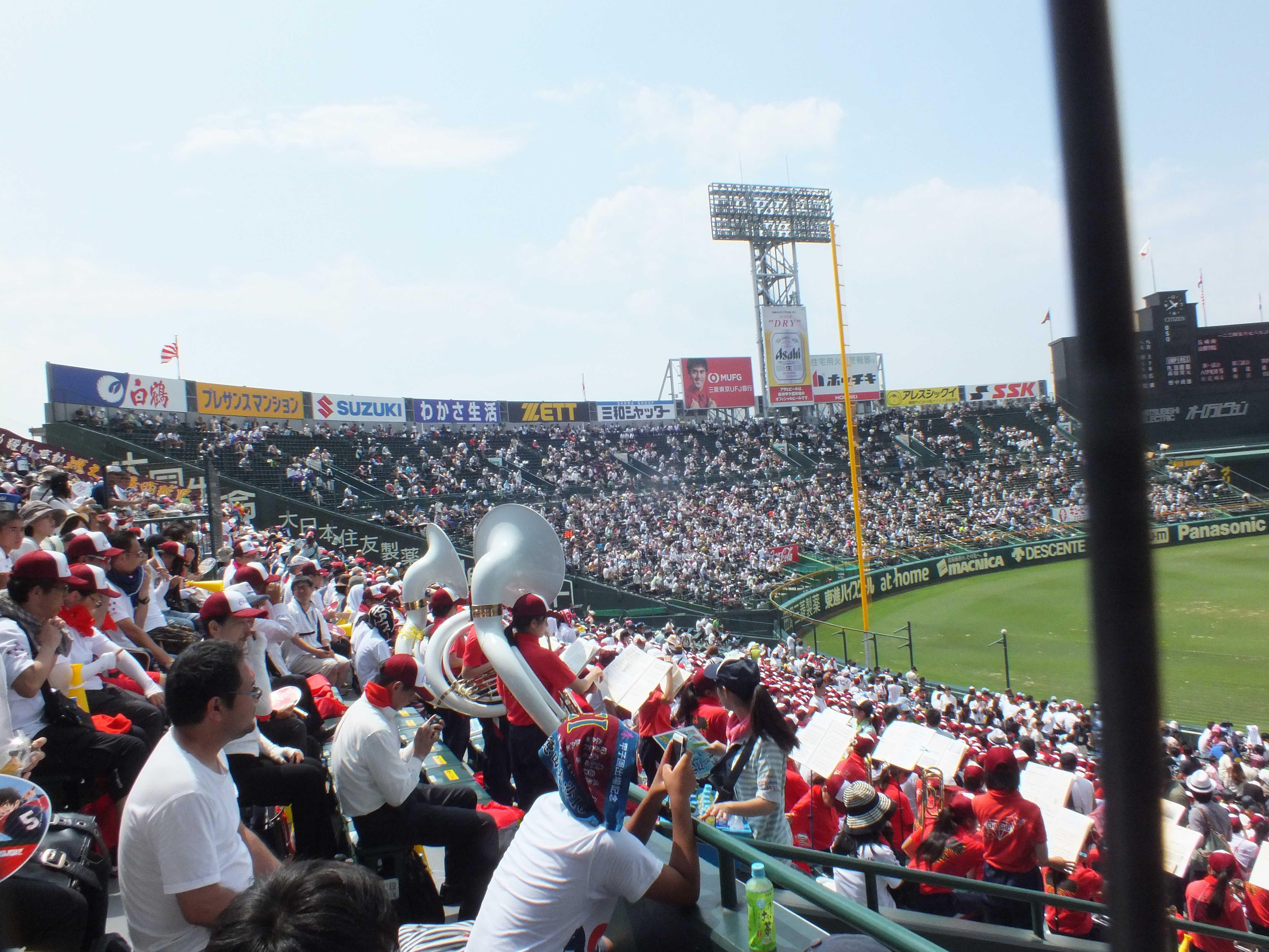 3塁側、長崎商業の応援団