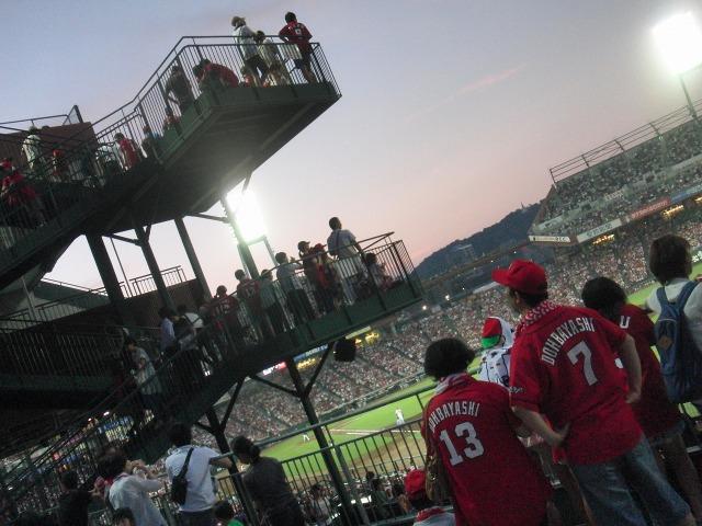 階段から試合を見るカープファン達