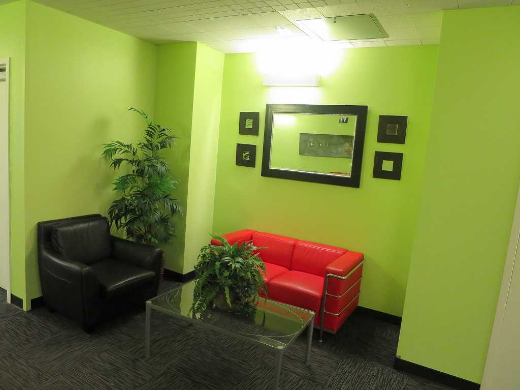 プラグ・アンド・プレイ テックセンター - カラフルな壁や椅子