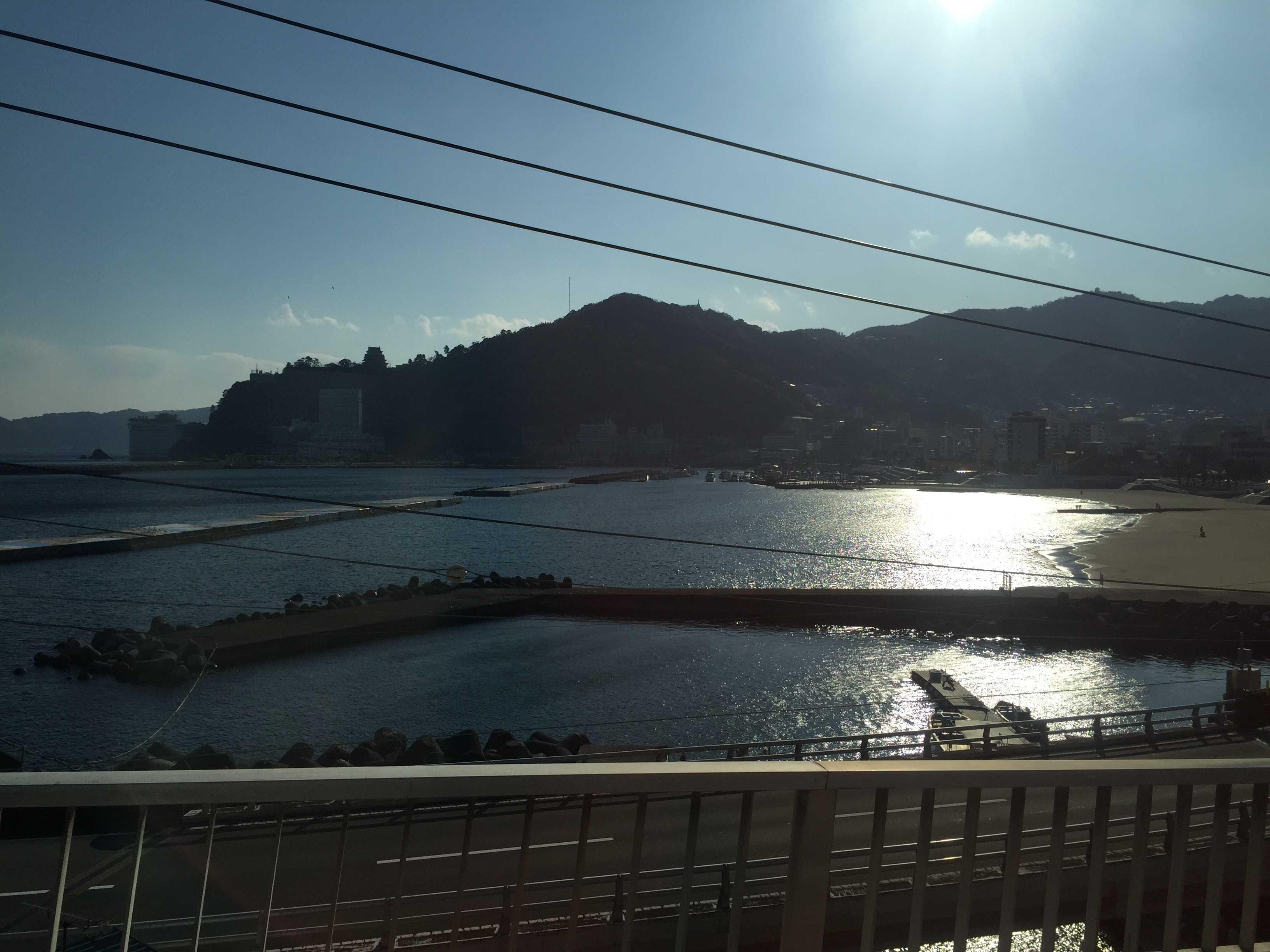 伊豆東海バスの車窓 - 光り輝く熱海港