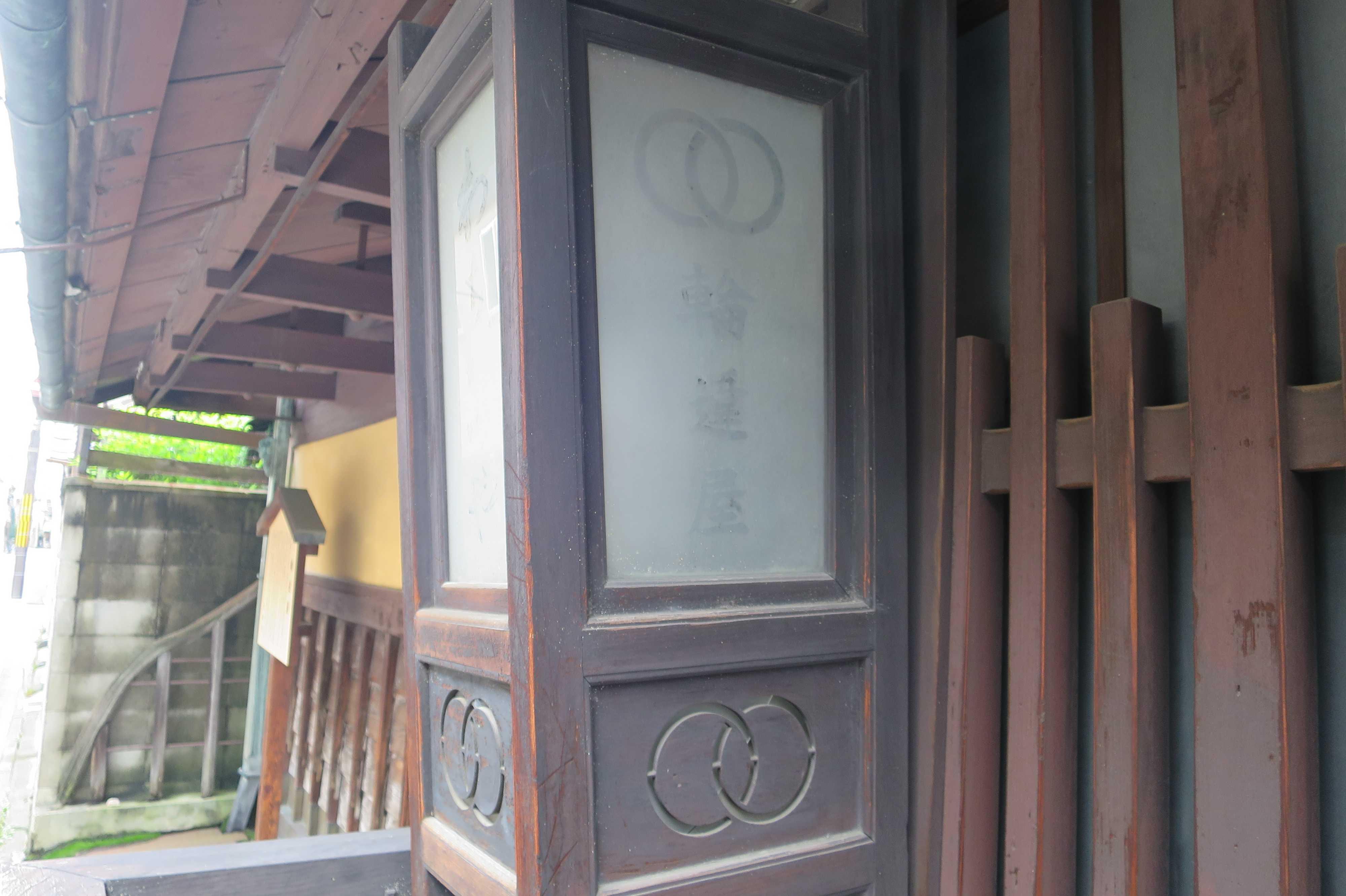 輪違屋の軒灯(京都市下京区)