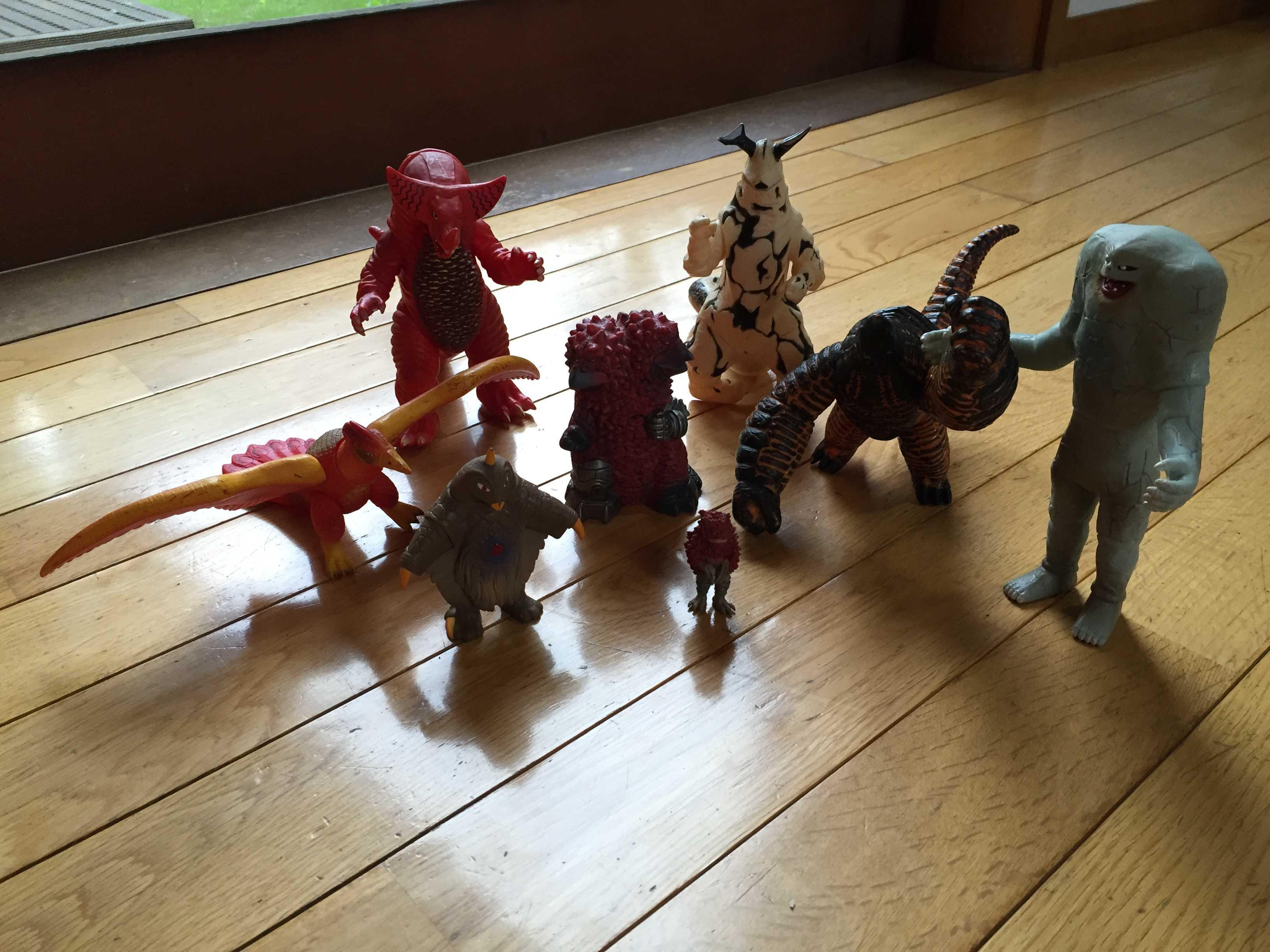 集合したウルトラ怪獣のソフビたち