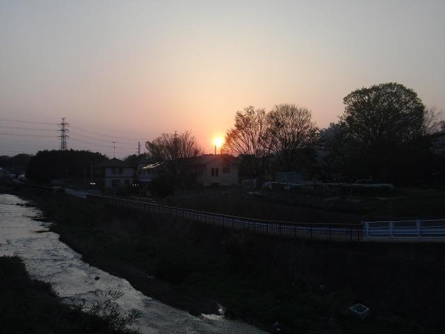 八王子・谷地川から見た夕日