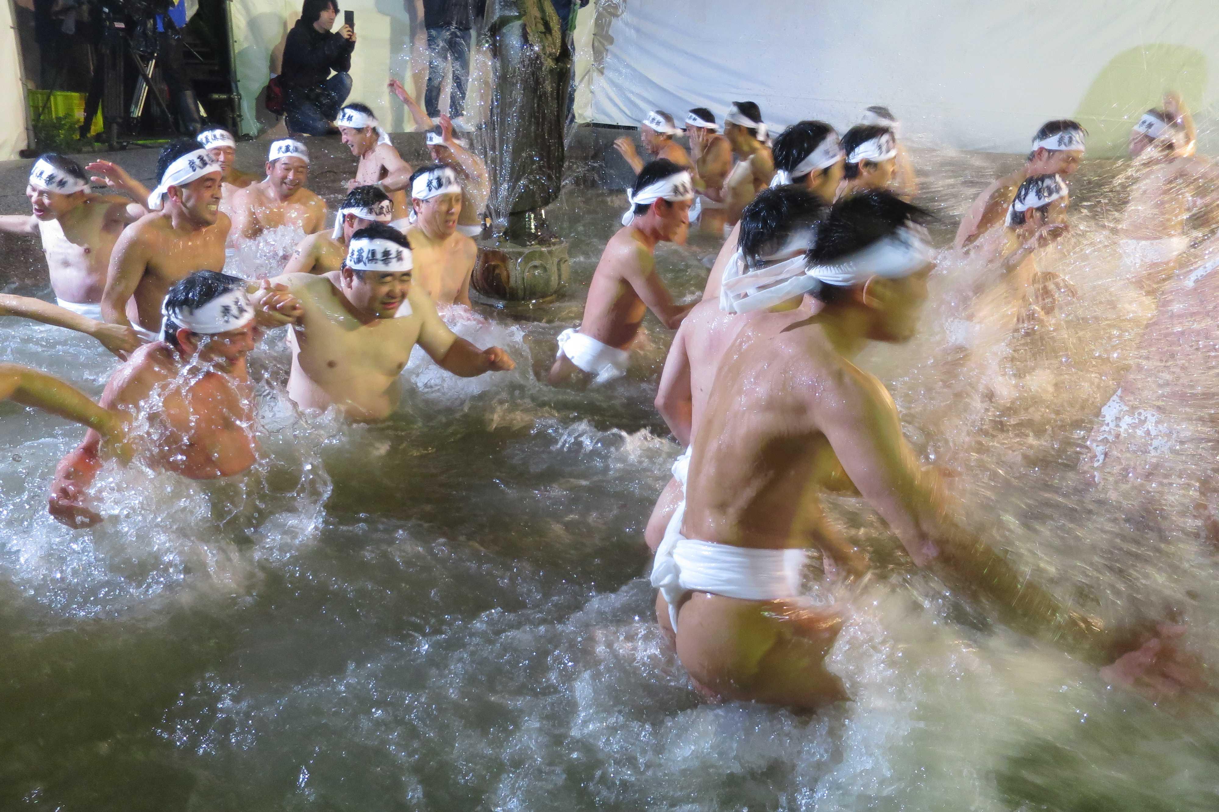 西大寺会陽 - 冷たい水を掛け合う