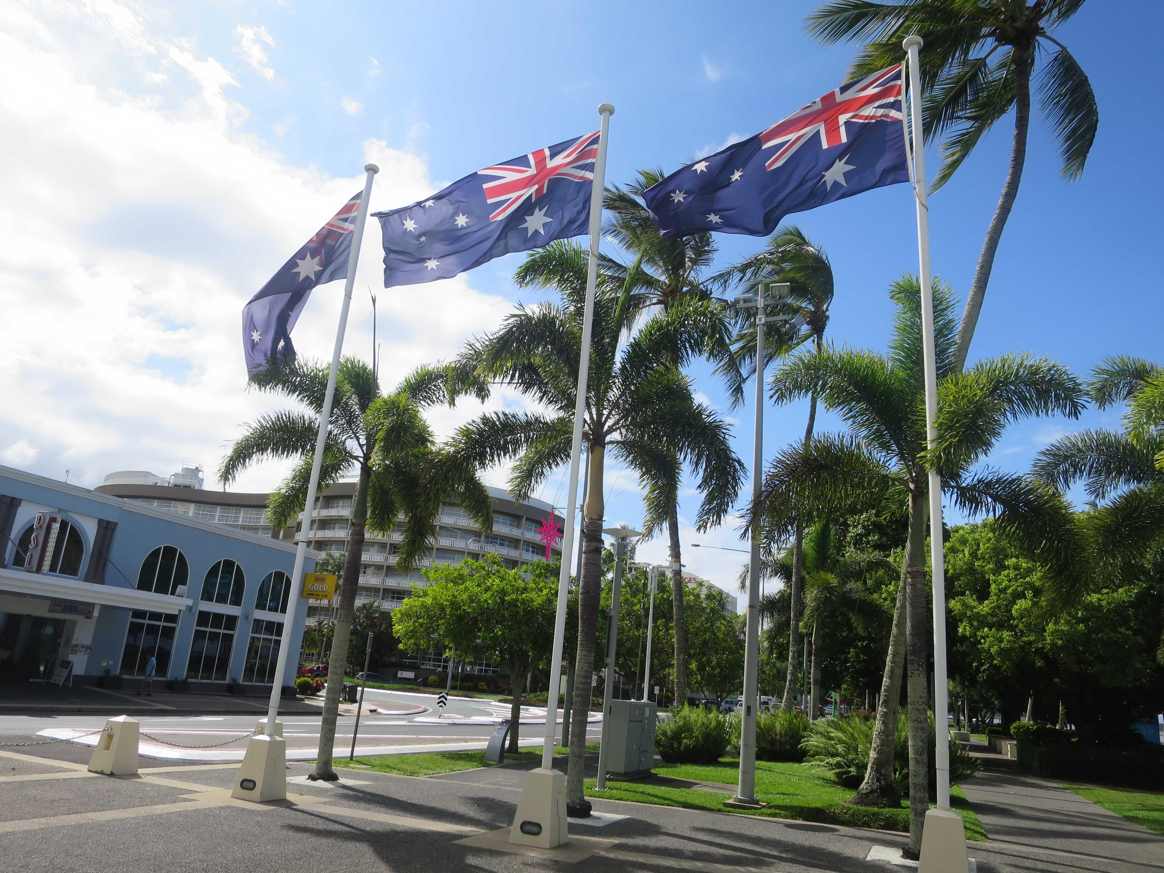 ケアンズの海岸ではためくオーストラリア国旗