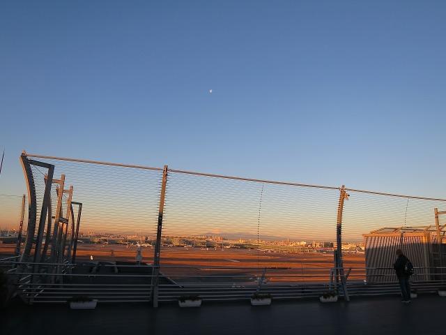 羽田空港から見えた富士山とお月様
