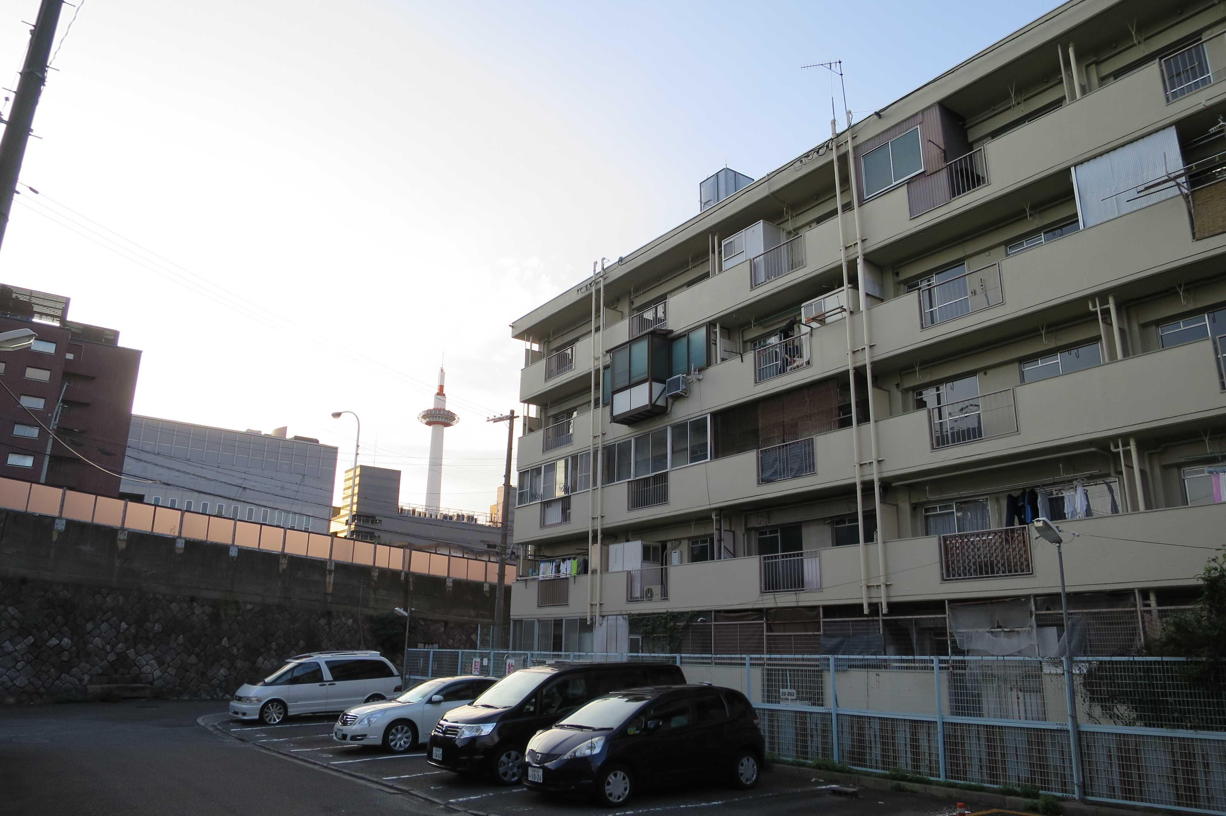京都・崇仁地区 - 市営住宅の敷地から見えた京都タワー