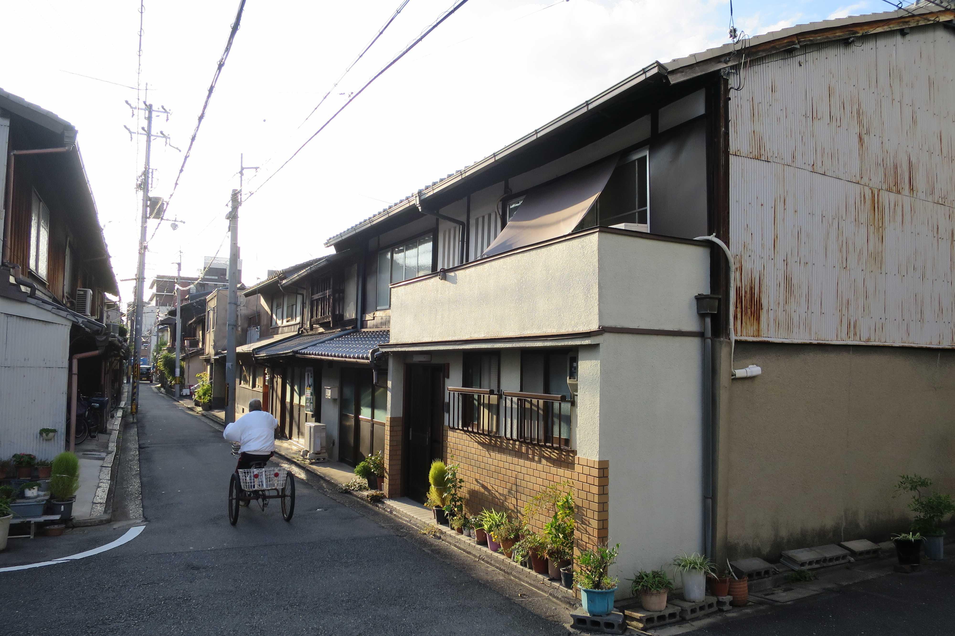 京都・山王地区 - 通り過ぎる三輪自転車