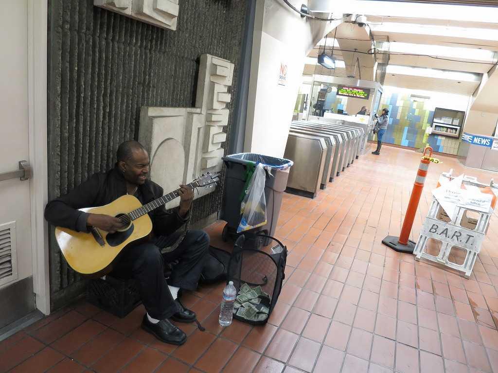 16番ストリート・ミッション駅でギターを弾くおじさん