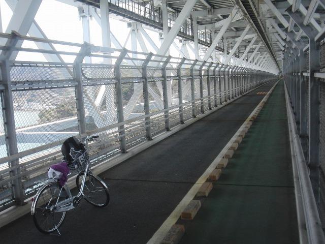 因島大橋の上。日本初の海を渡る自転車・歩行者道