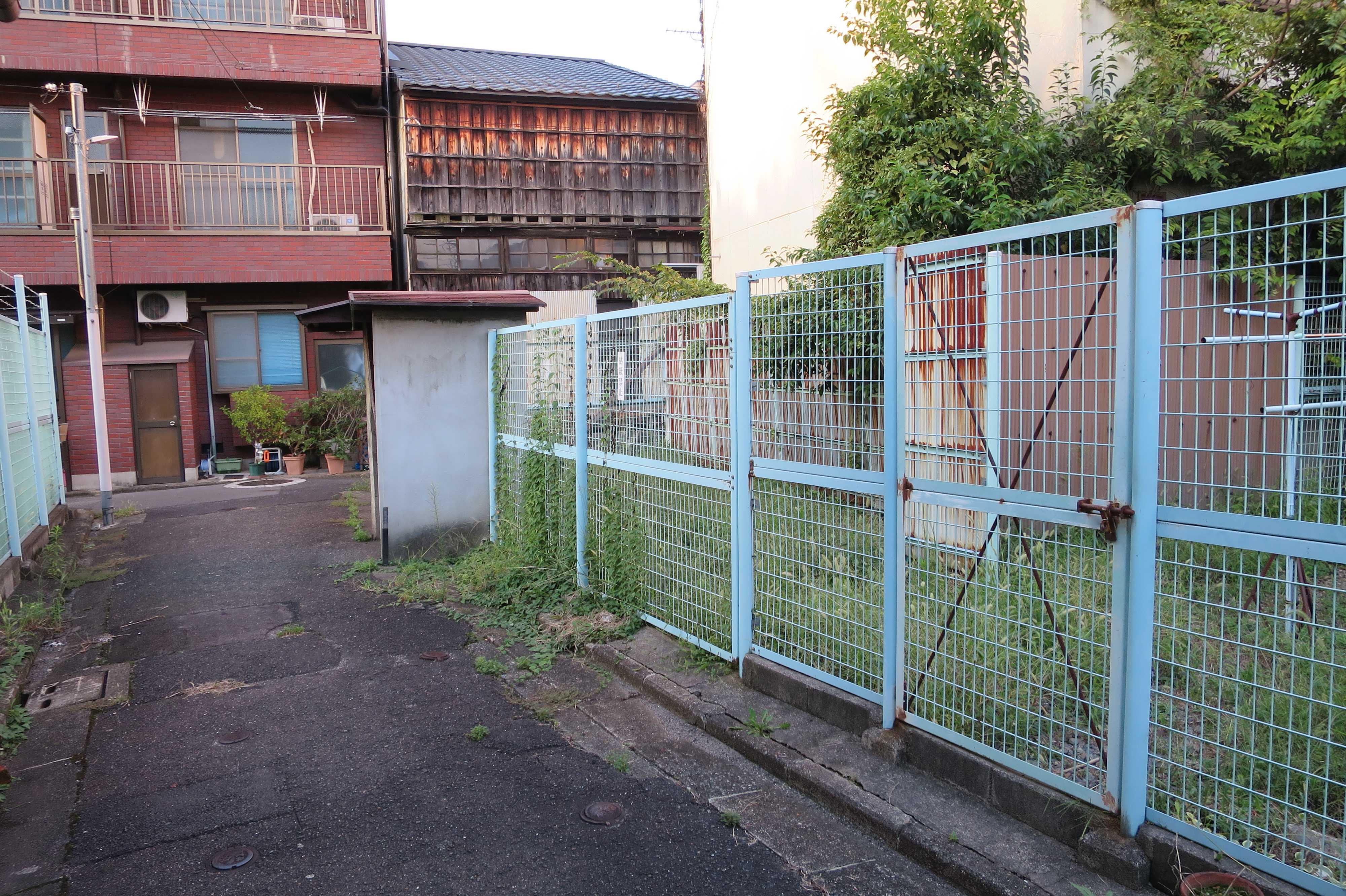 京都・崇仁地区 - 周囲をフェンスで囲まれた敷地