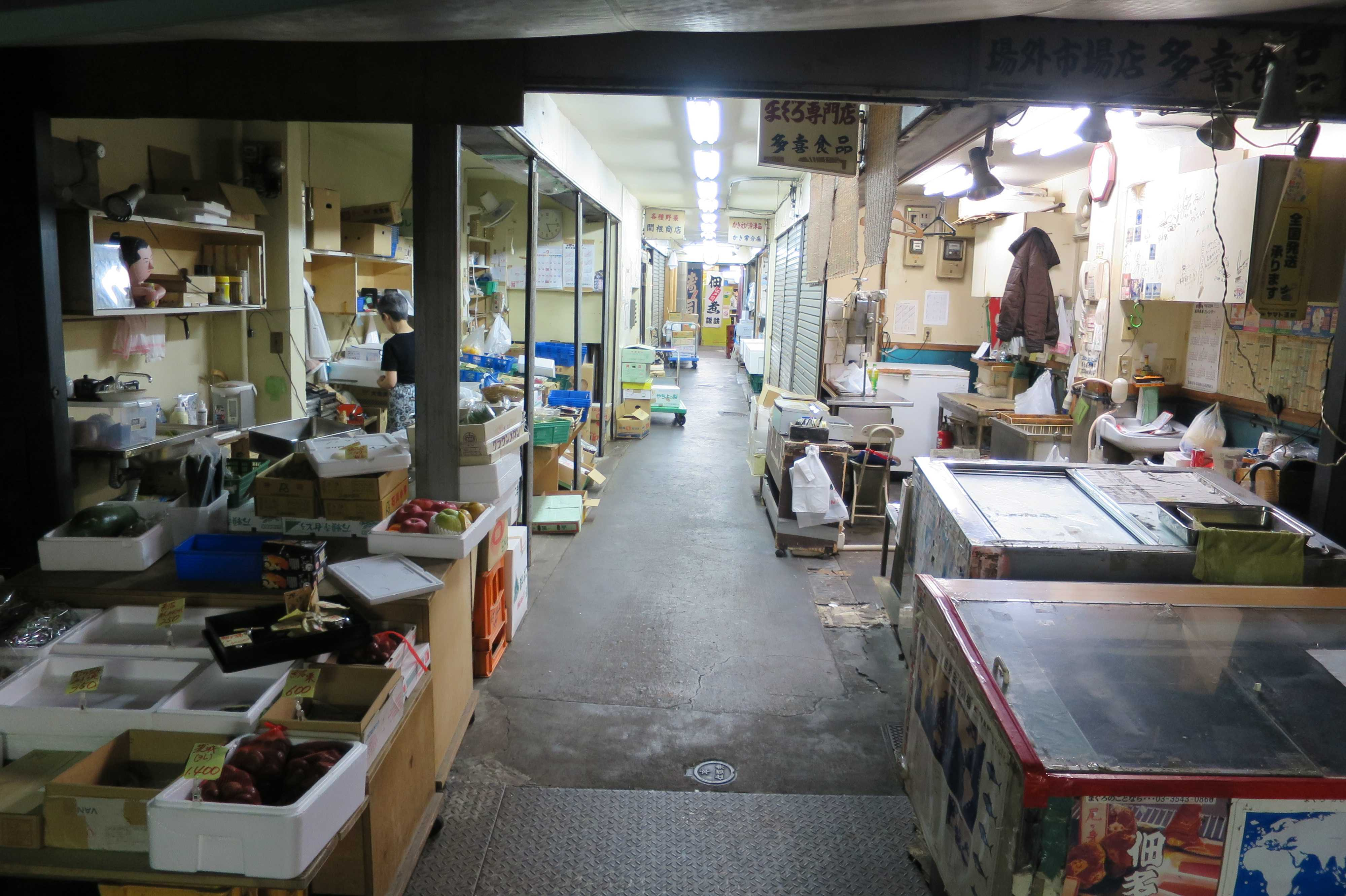 築地場外市場 - 細い路地(建物内の細い通路)を挟んだ共同店舗