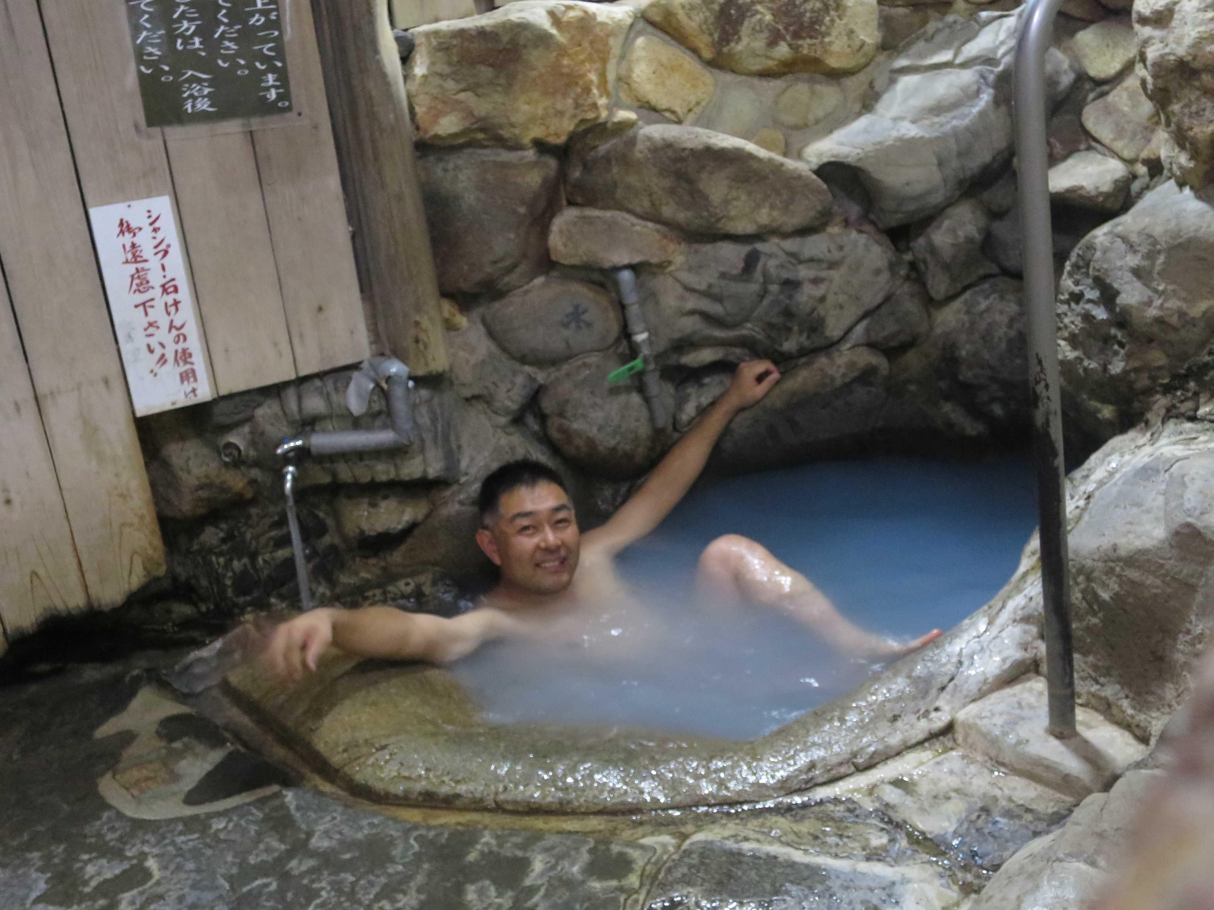 湯の峰温泉の「つぼ湯」に浸かる