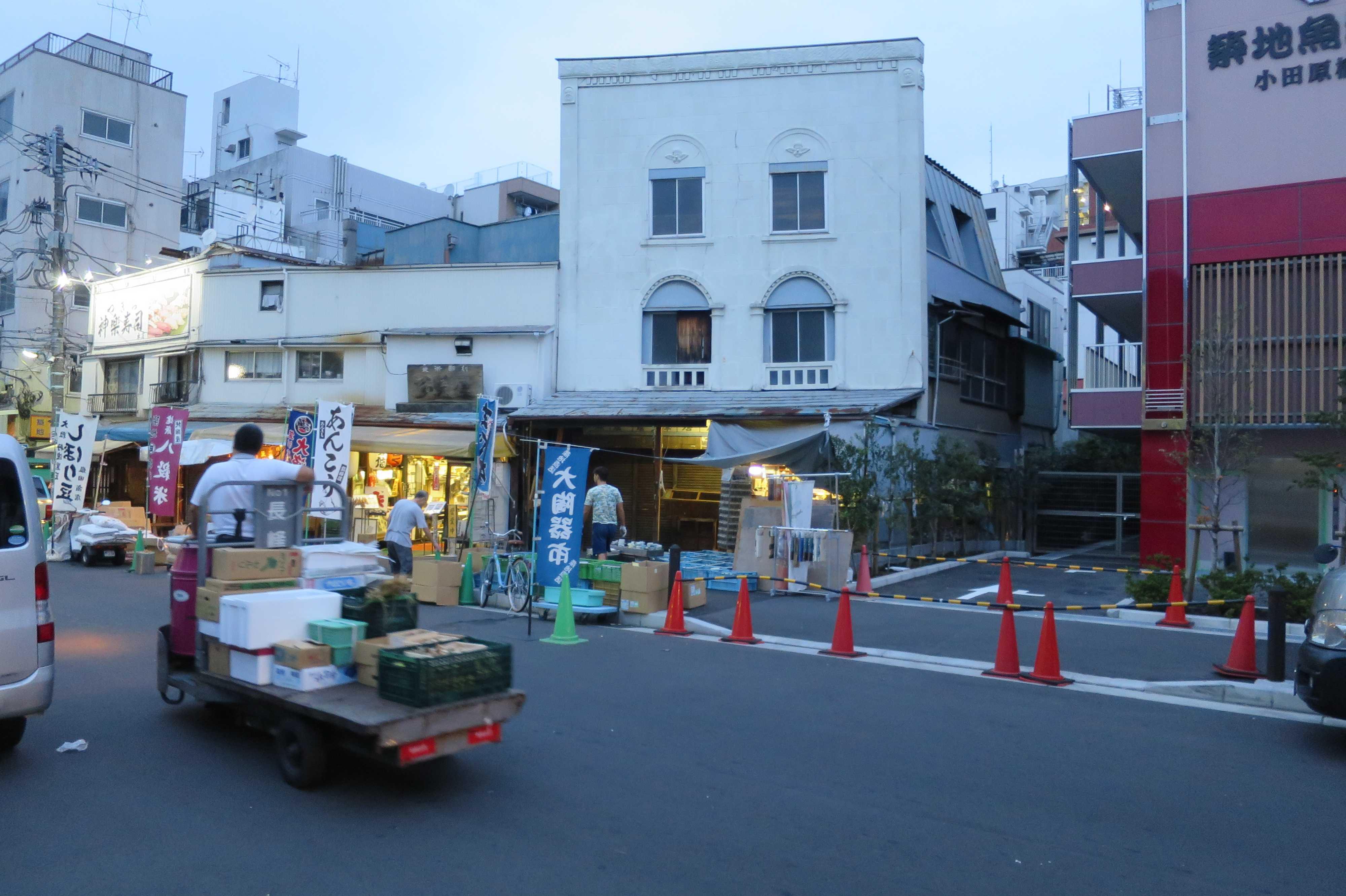 築地場外市場 - 看板建築(岩本ビル/一不二うつわ)
