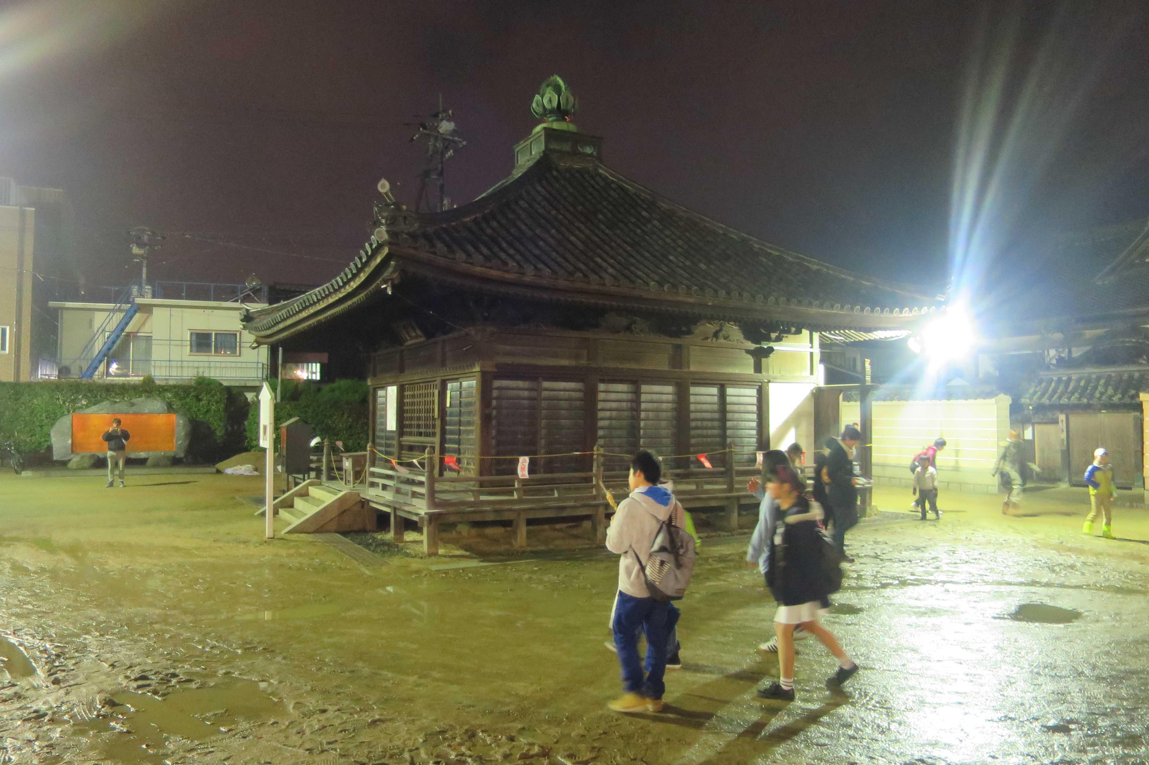西大寺 - 泥だらけの境内