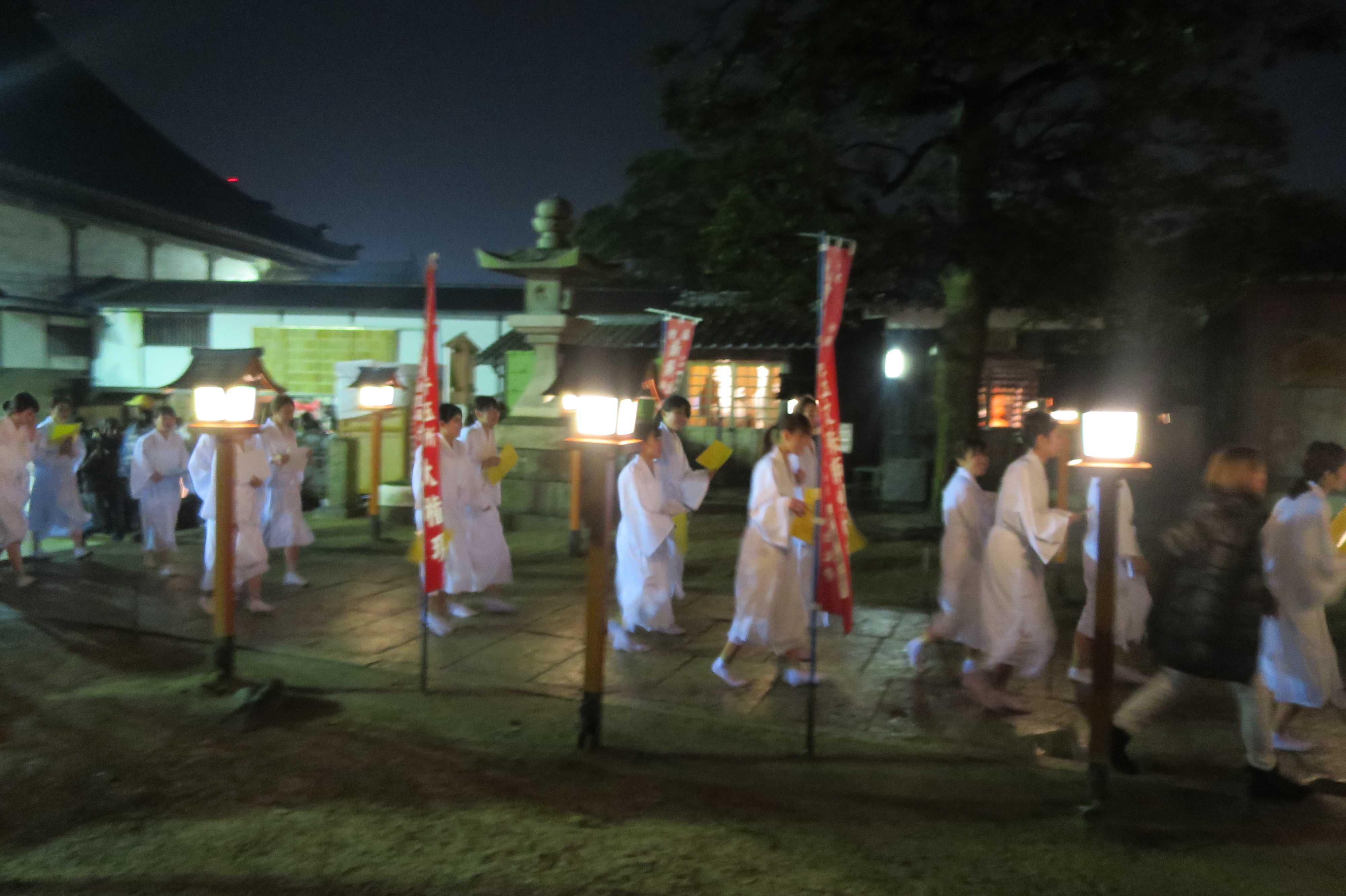 西大寺会陽 - 白装束・滝衣の女性の寒参り(牛王所権現)