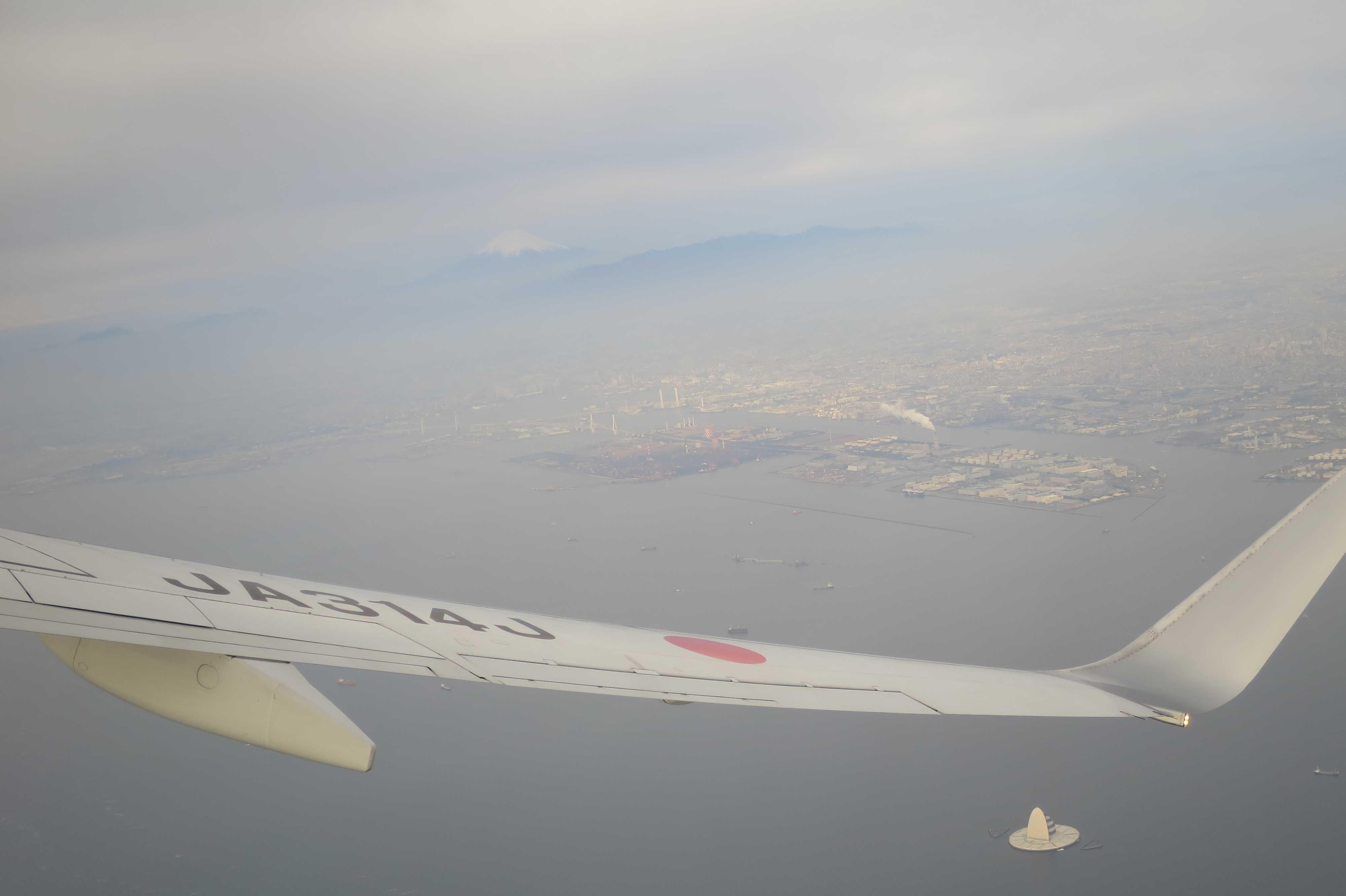 東京湾アクアラインの「風の塔(川崎人工島)」