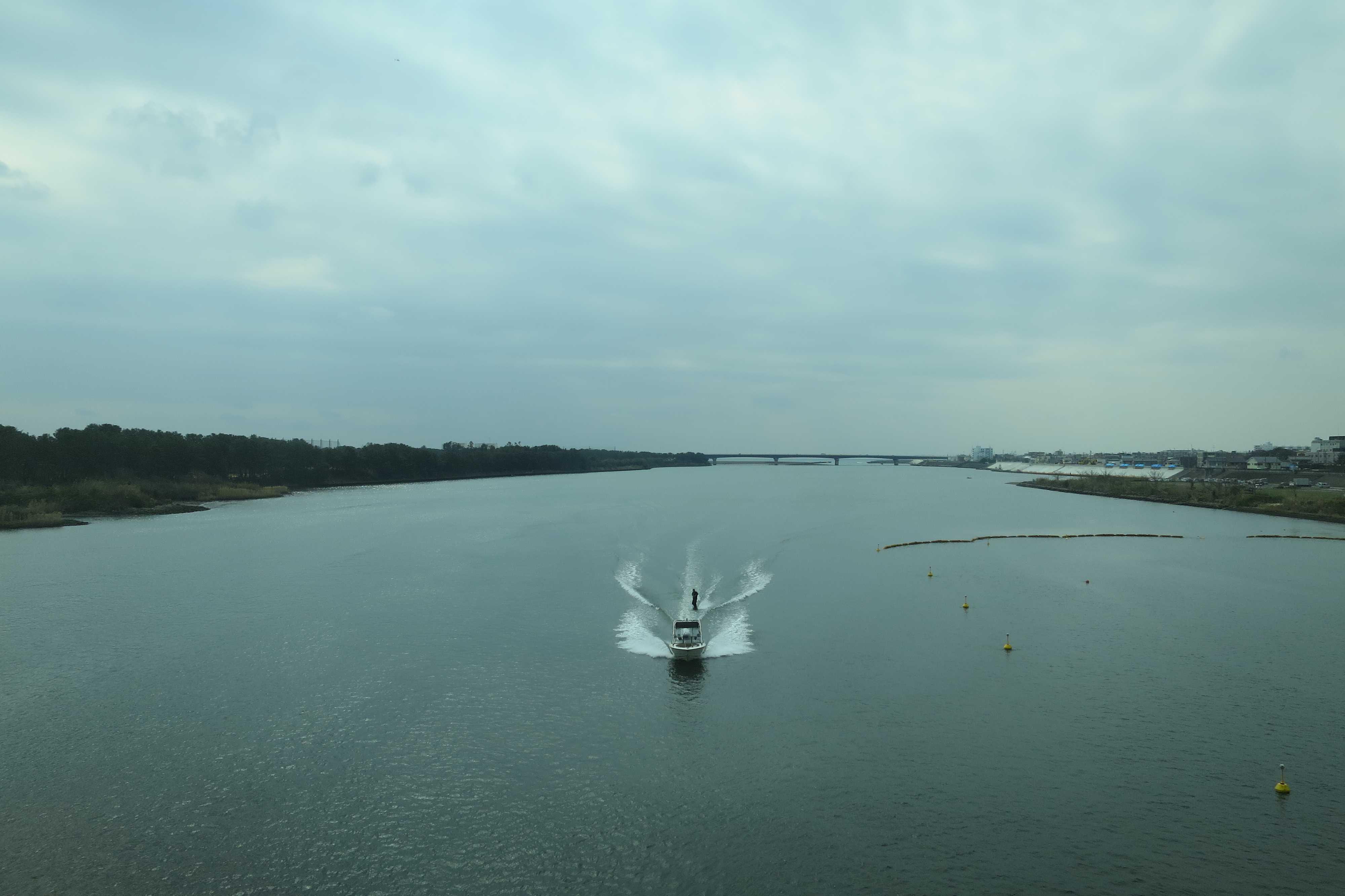 東海道線の車窓 - 相模川で水上スキー