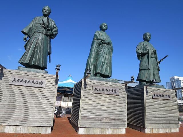 JR高知駅前の武市半平太先生像、坂本龍馬先生像、中岡慎太郎先生像
