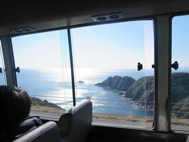 バスの車窓 - 光る高知の海