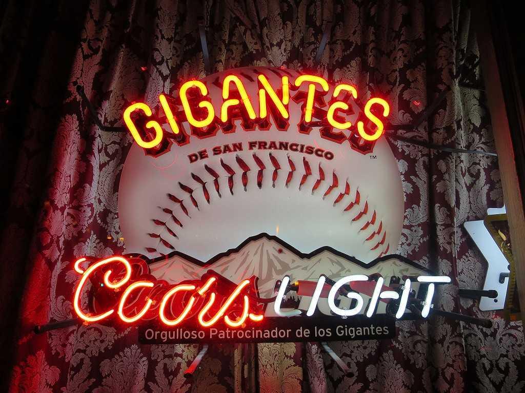 Coors LIGHTのネオン看板