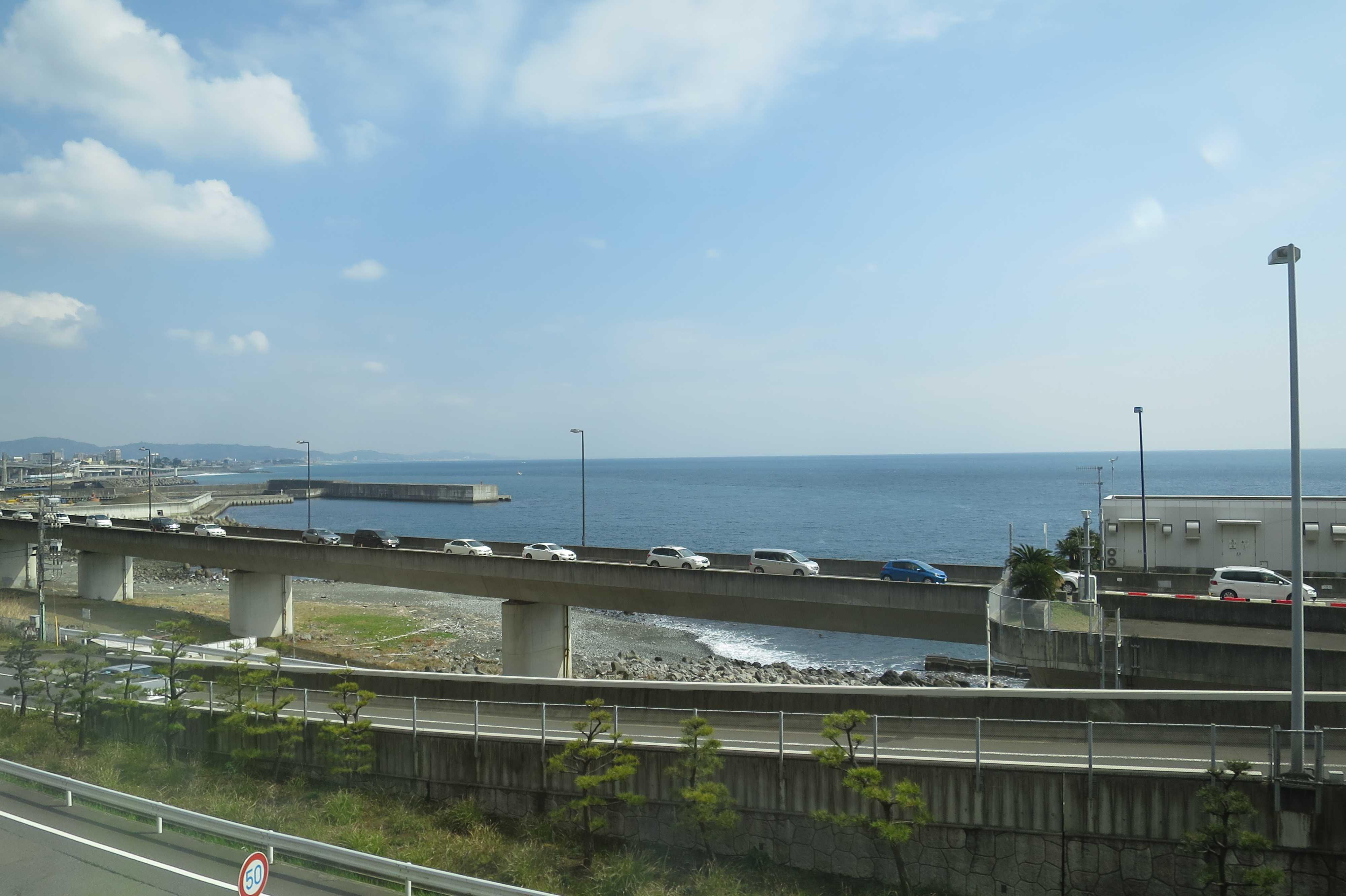 東海道線の車窓 - 相模湾