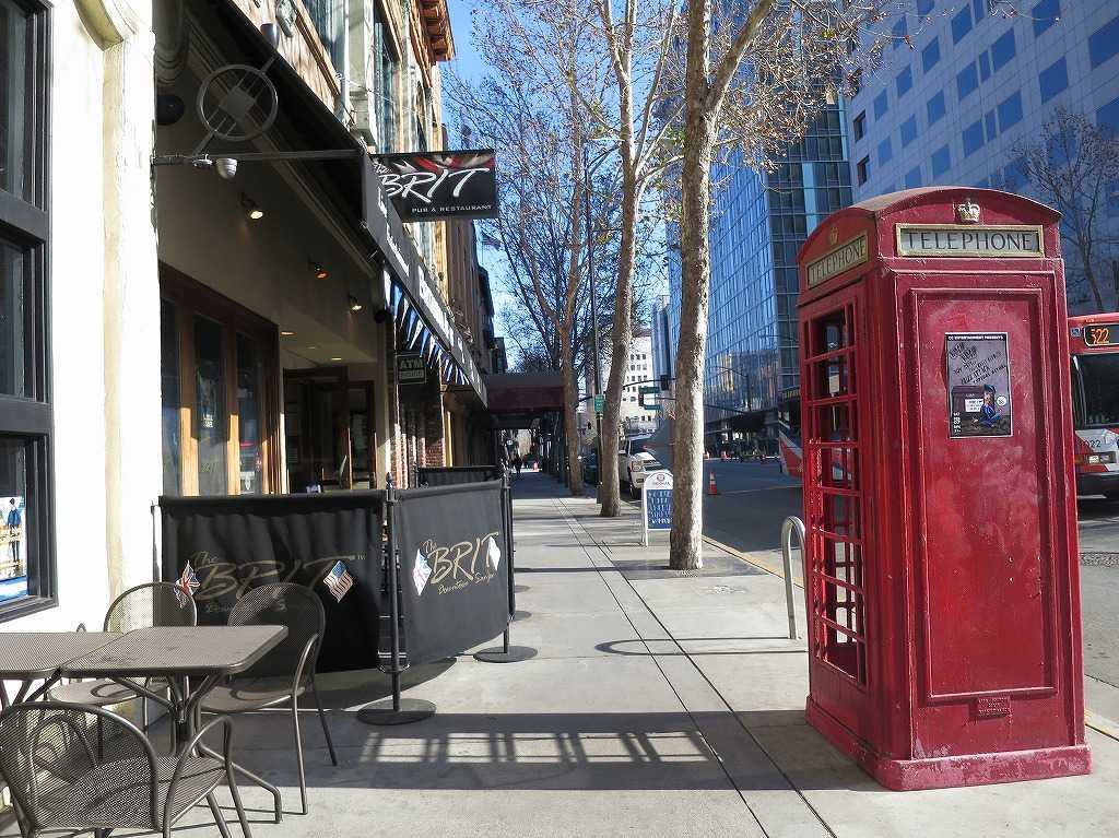 サンノゼ市内: カフェテラスと赤いテレフォンボックス