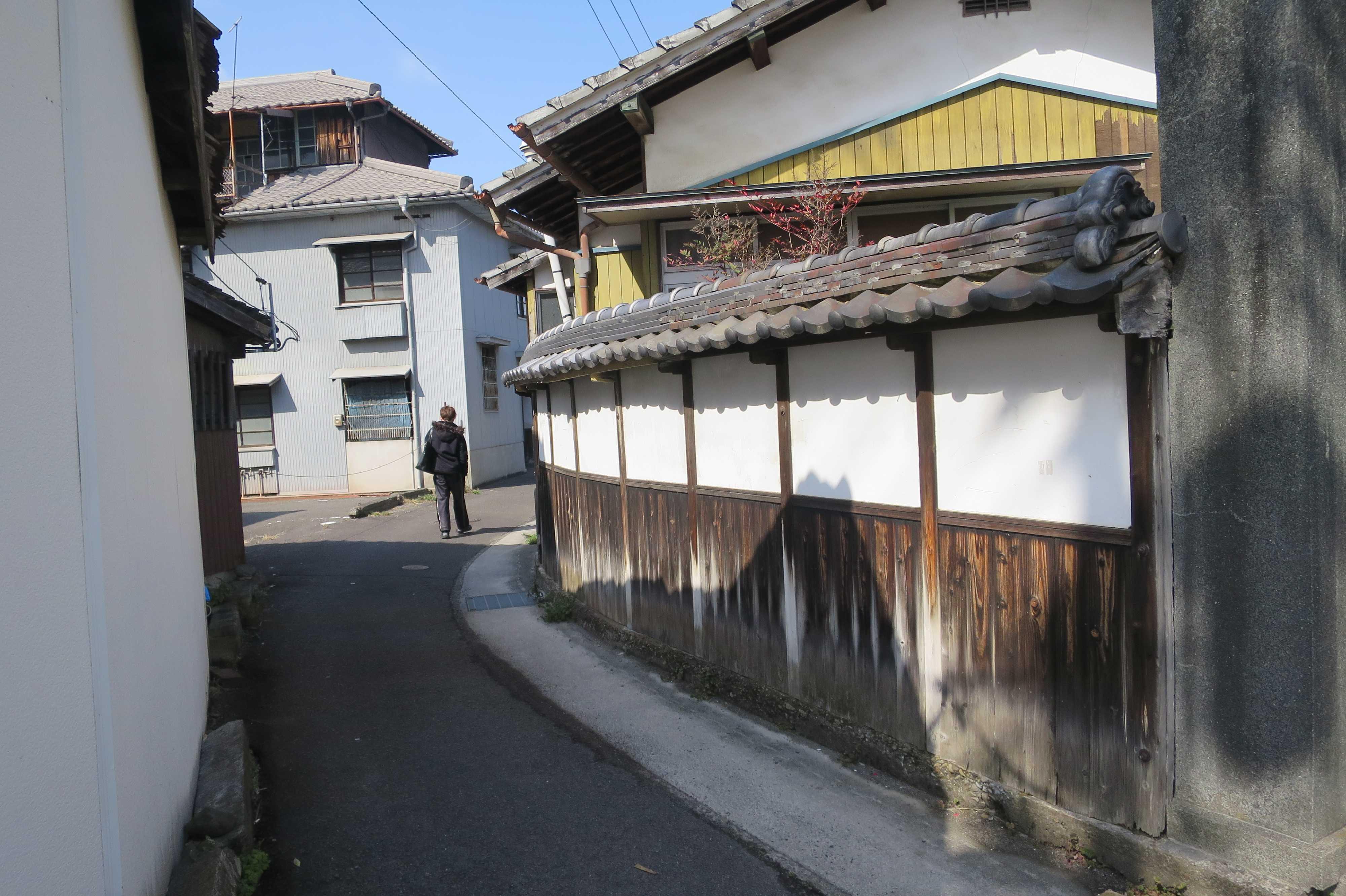 善通寺駅前 - 漆喰塀