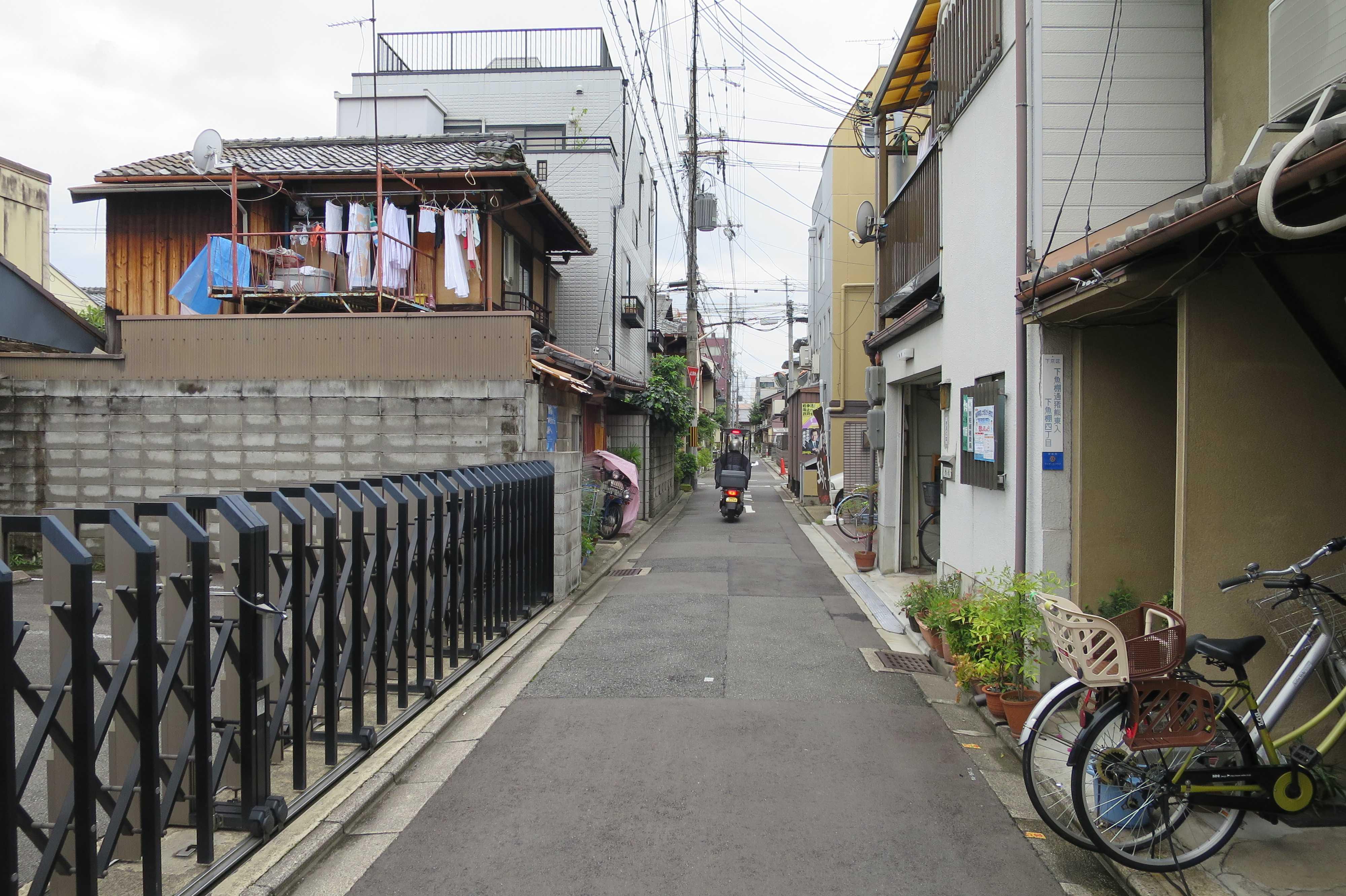 ラッタッタに乗るお坊さん - 京都の路地