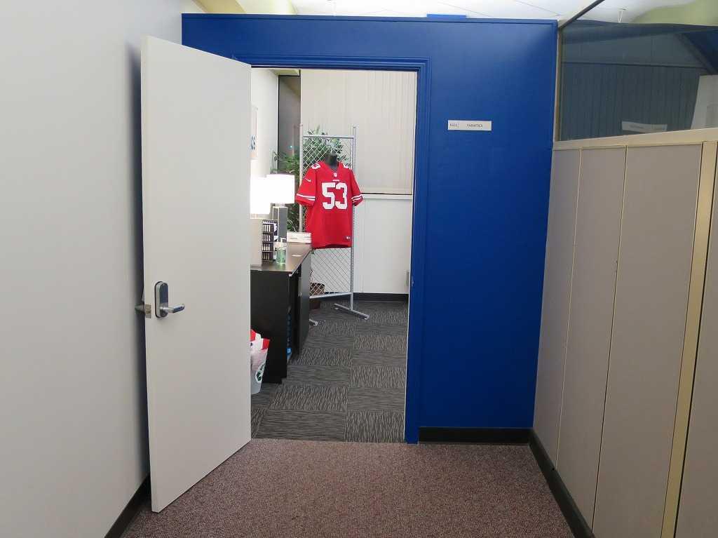 プラグ・アンド・プレイ テックセンター - 赤のアメフトジャージ