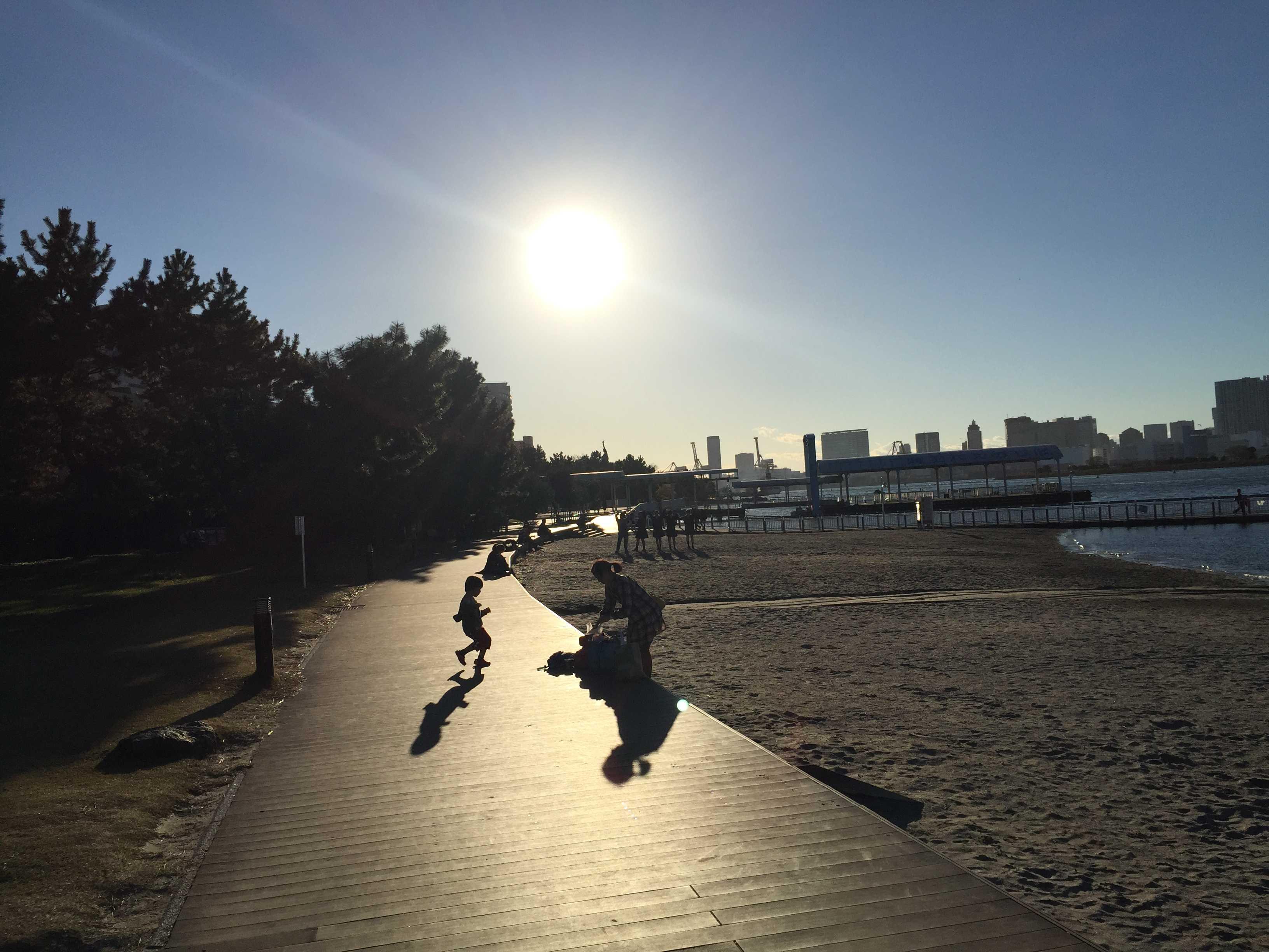 ボードウォークの上、子供が走る姿 - お台場海浜公園