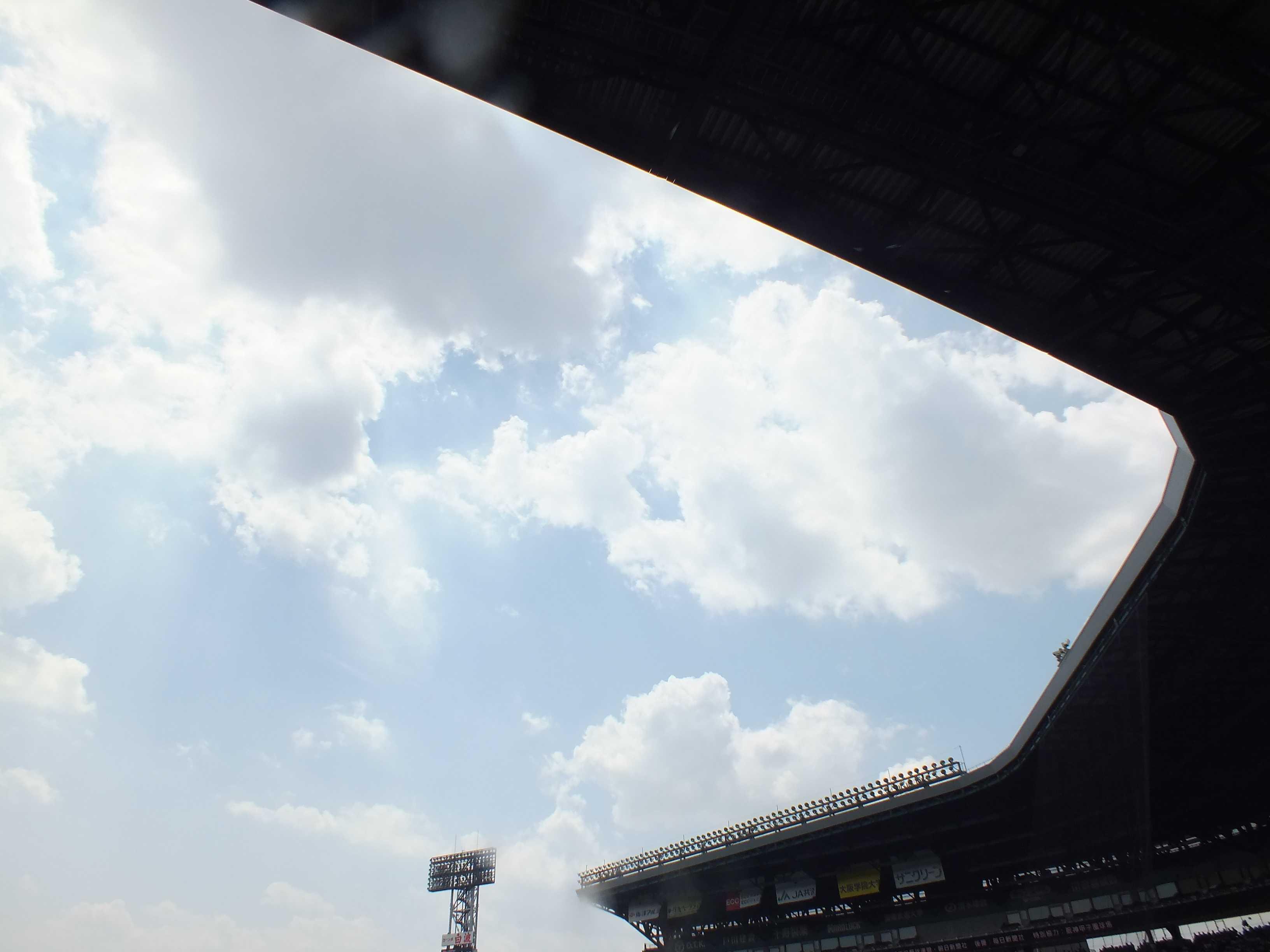 甲子園の銀傘(ぎんさん)と夏の空