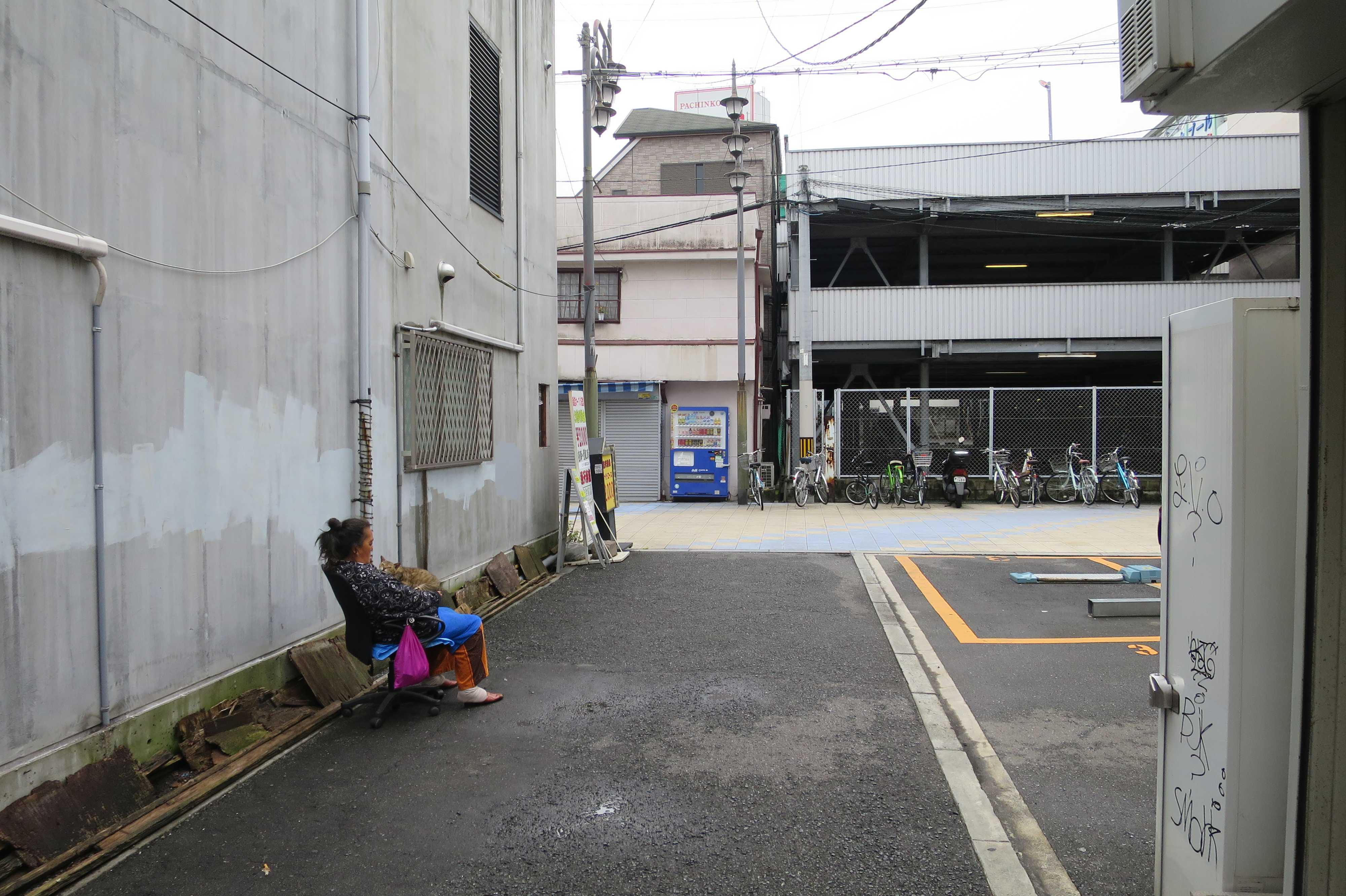猫と一緒に朝寝(昼寝)するおばさん - 大阪・新世界
