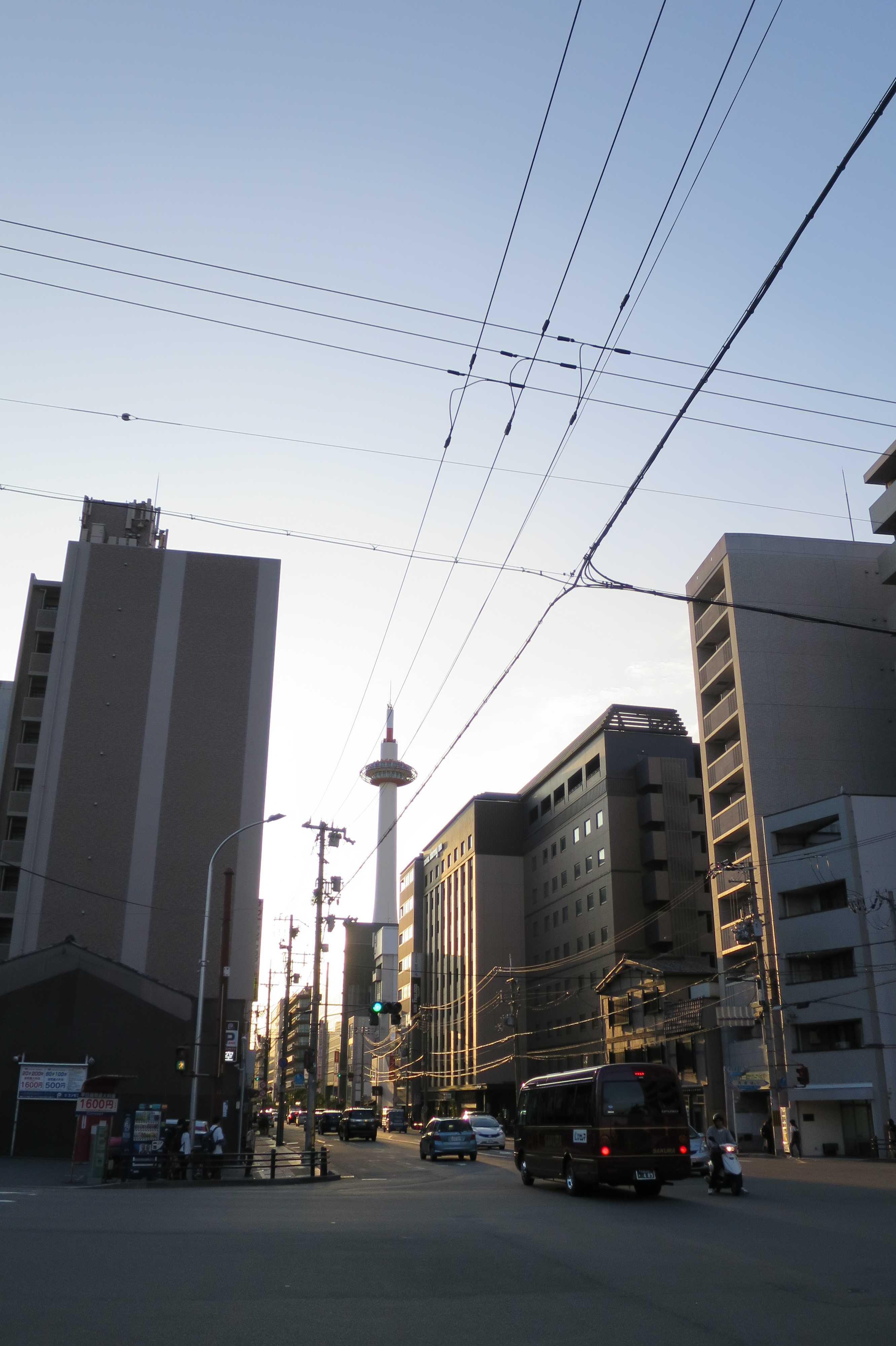 京都・崇仁地区 - 高倉塩小路交差点から見えた夕暮れの京都タワー