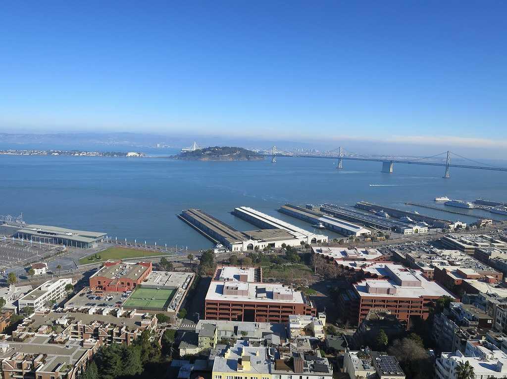 コイトタワー頂上から見えたイェルバ・ブエナ島とサンフランシスコ・オークランド・ベイブリッジ