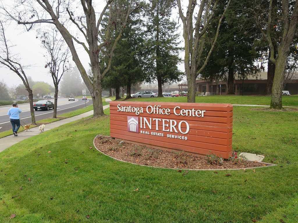 目的の不動産屋さんの看板「サラトガ・オフィス・センター(Saratoga Office Center)」の INTERO - REAL ESTATE SERVICES