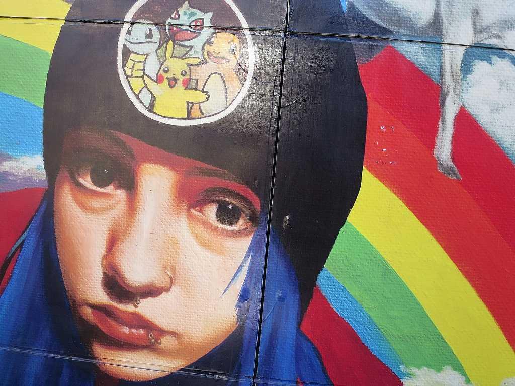 サンノゼ市内のポケモンの帽子をかぶった女の子の絵