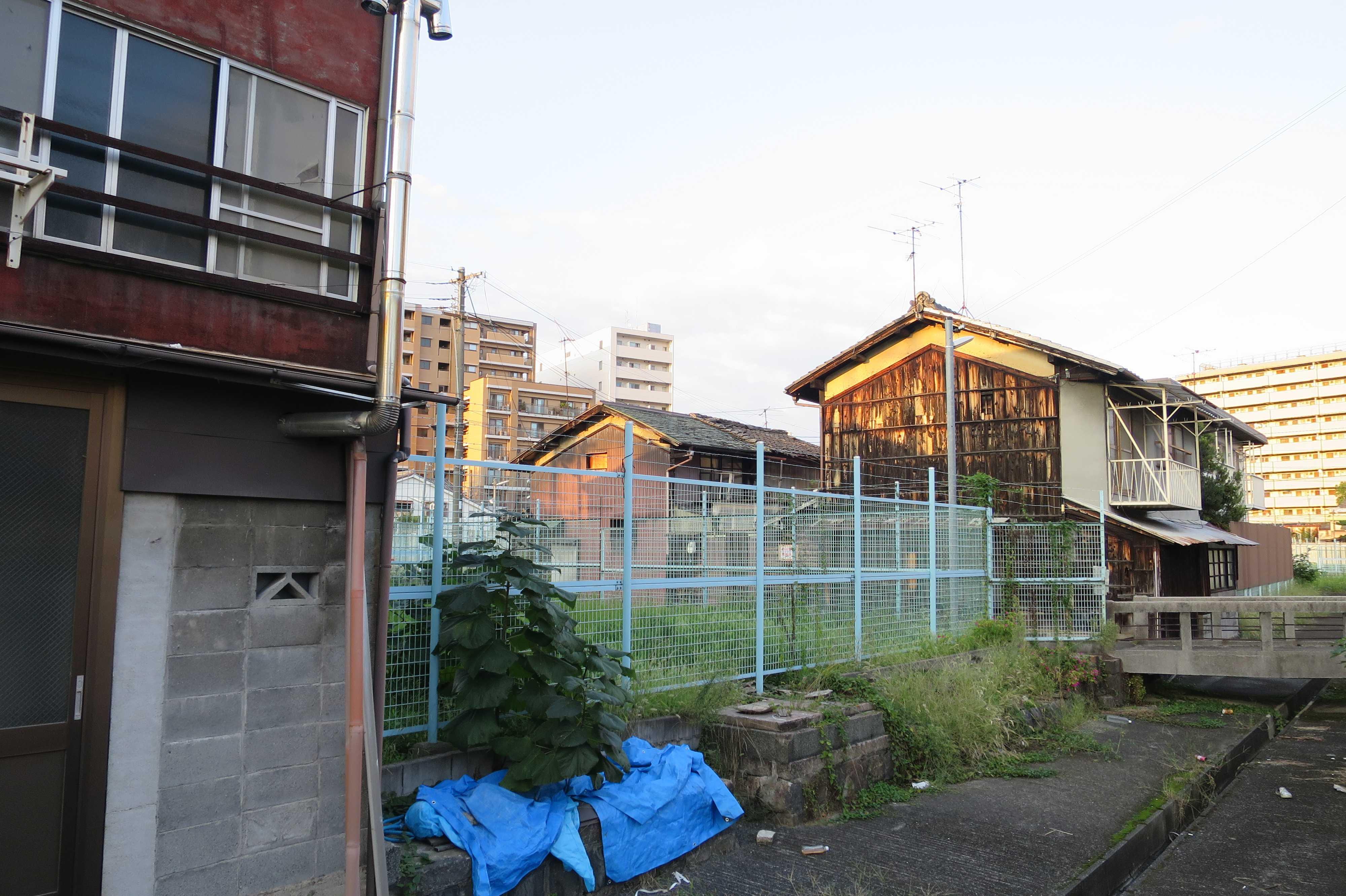 京都・崇仁地区 - ネットフェンスの金網と焼杉板の競演