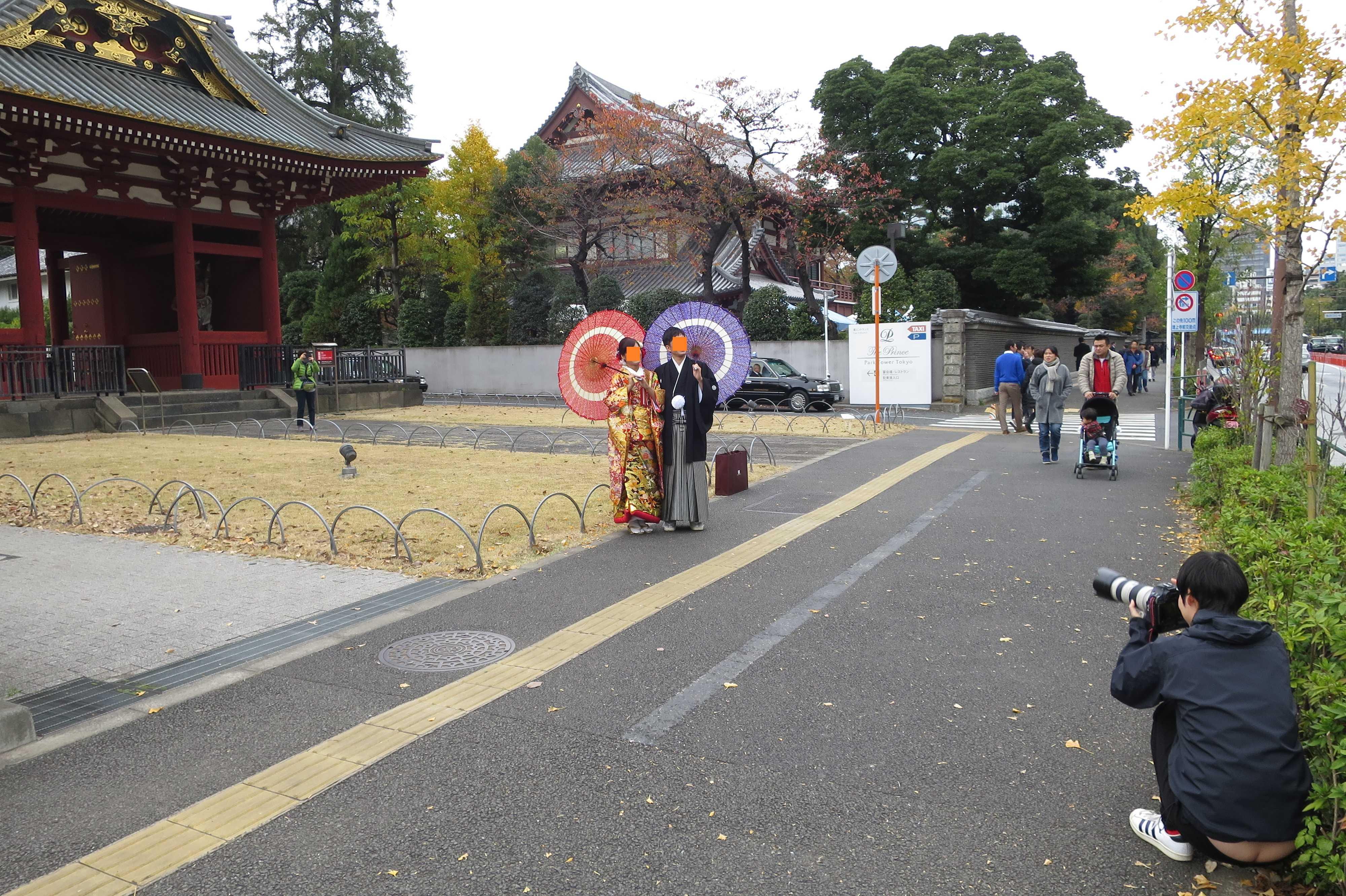 記念写真を撮る新婚さん - 増上寺